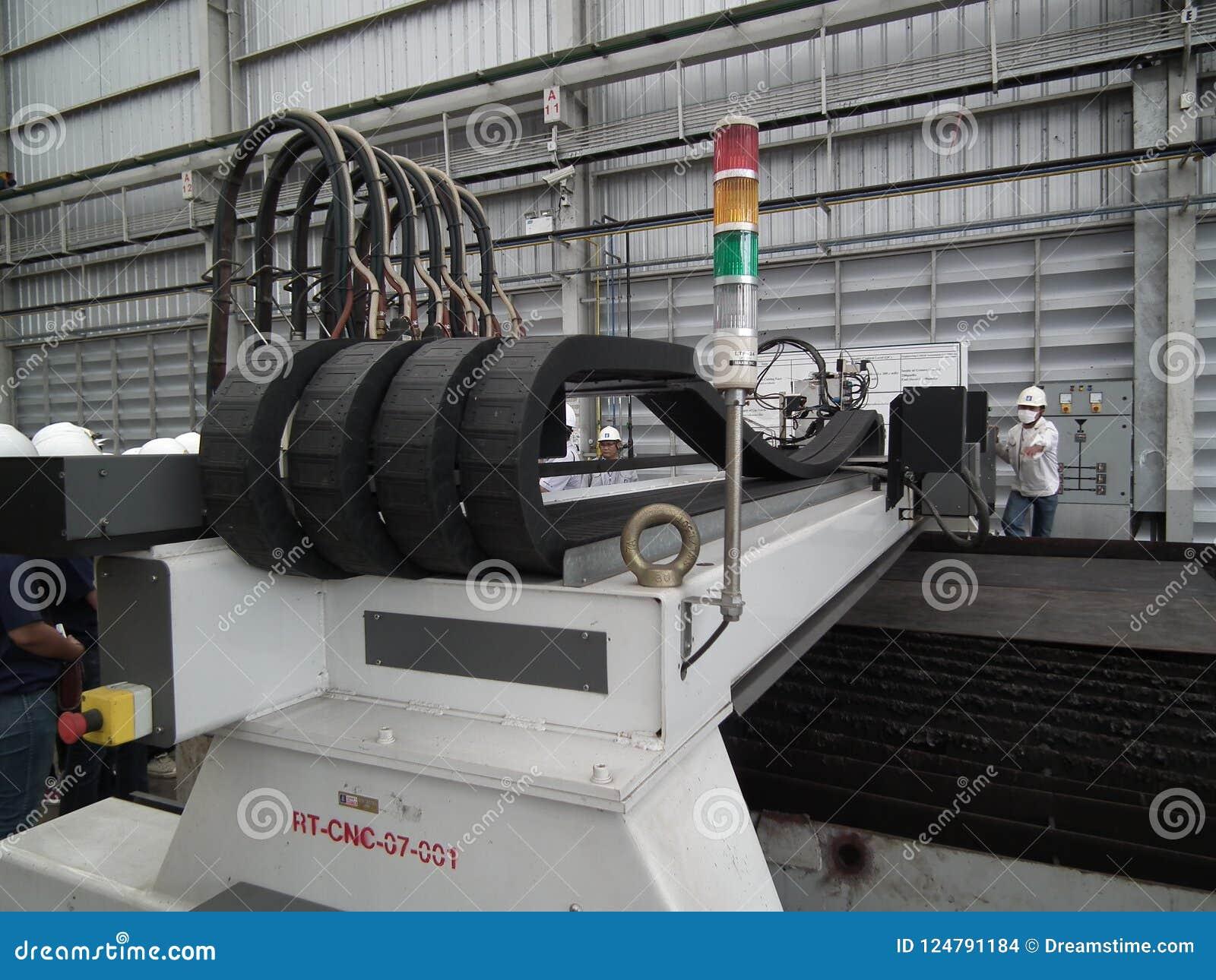 Pracownika mielenia metalworking procesu tnącej precyzi CNC metalu szczegółu młynu przemysłowa machining fabryka