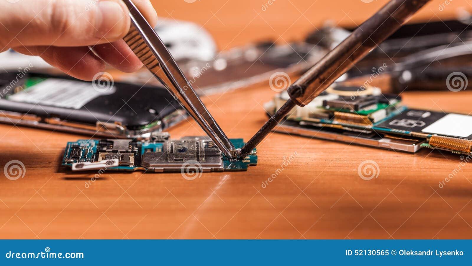 Pracownika naprawianie łamający telefon
