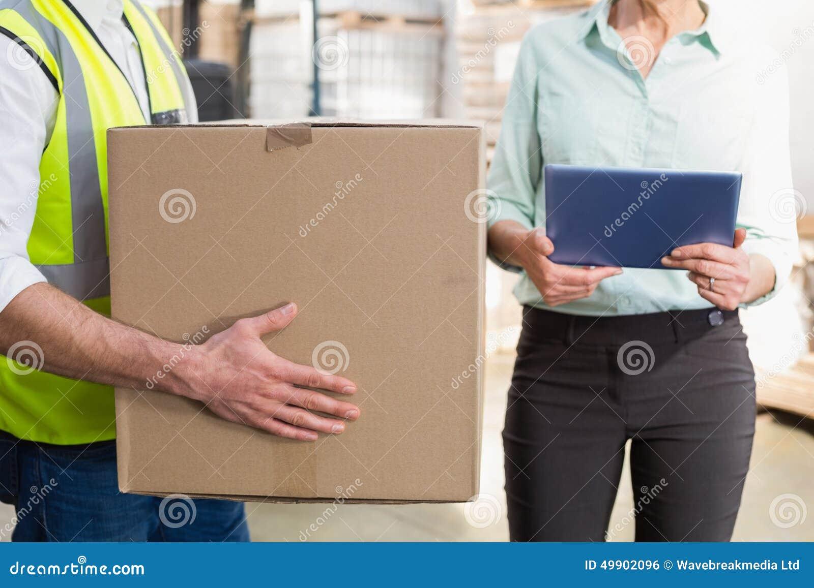 Pracownika przewożenia pudełko z kierownika mienia pastylki komputerem osobistym