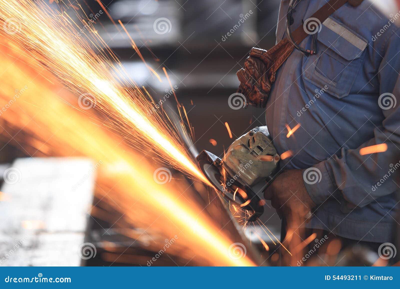 Pracownika przygotowania surowej materialby ręki szlifierska maszyna
