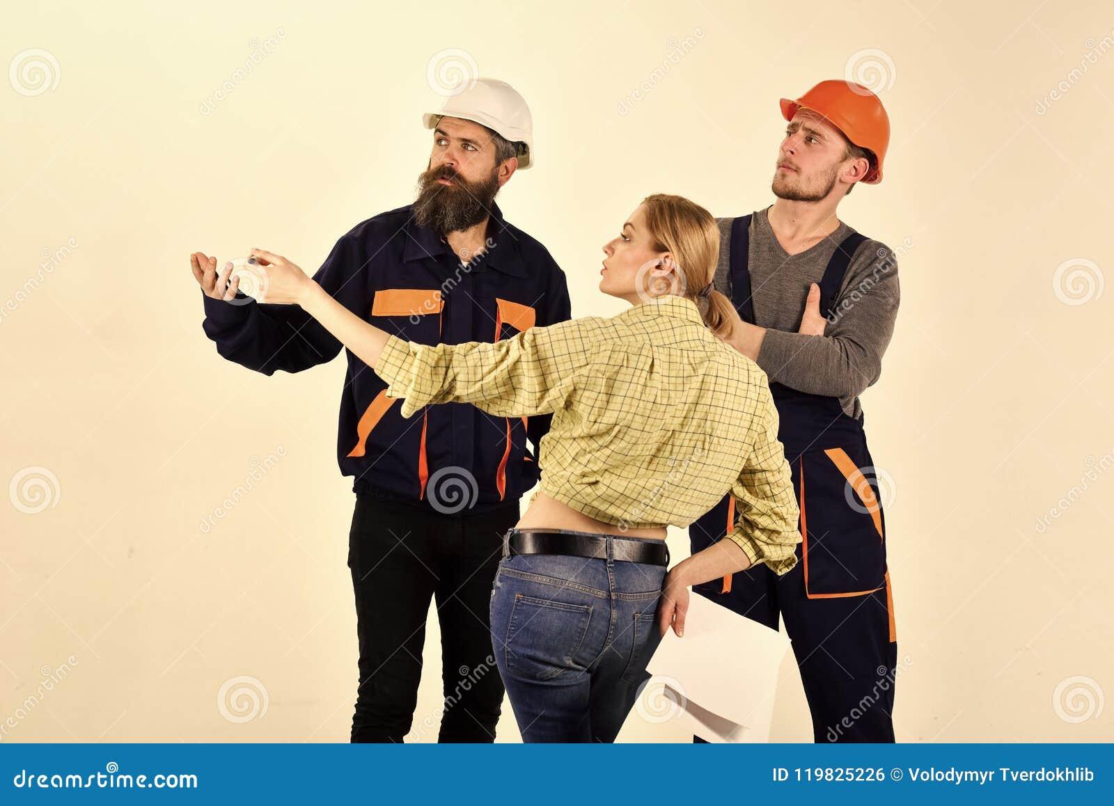 Pracująca drużyna Techniczny zadania pojęcie Kobieta klient pyta dla naprawy, odświeżanie Brygada pracownicy, budowniczowie wewną