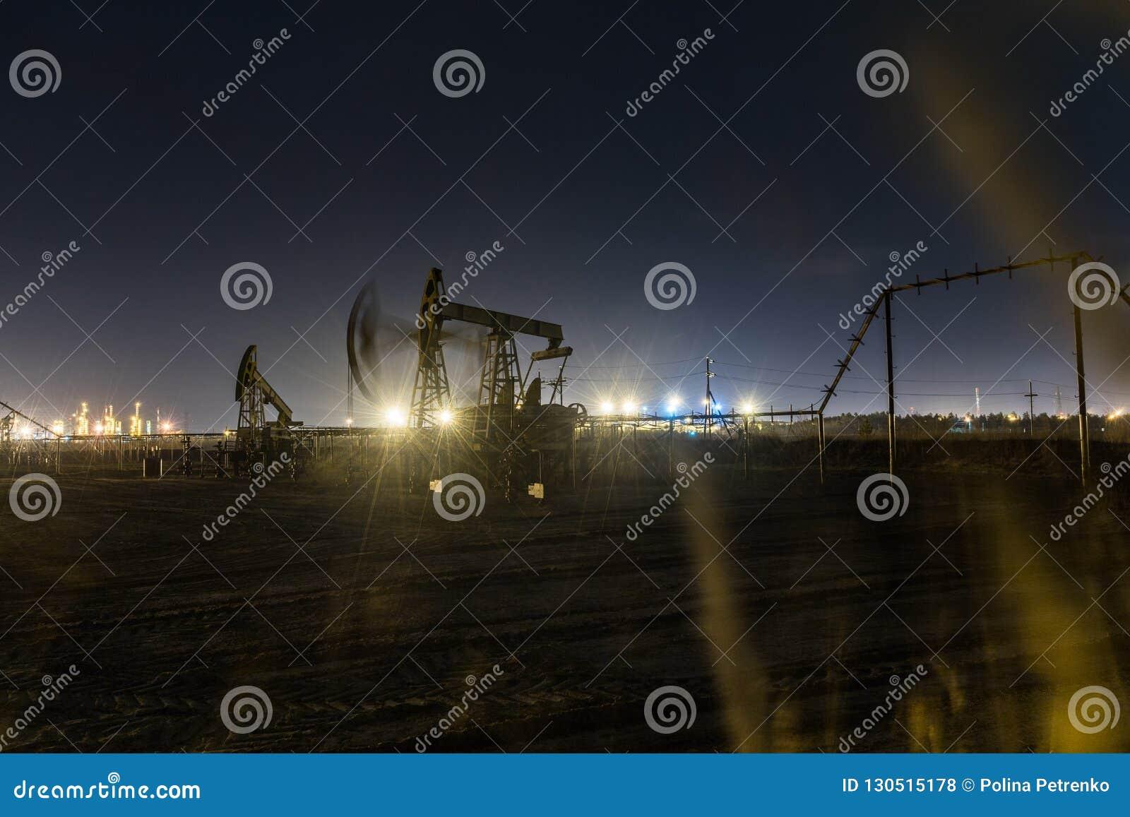 Pracująca nafcianej pompy dźwigarka przy nighttime