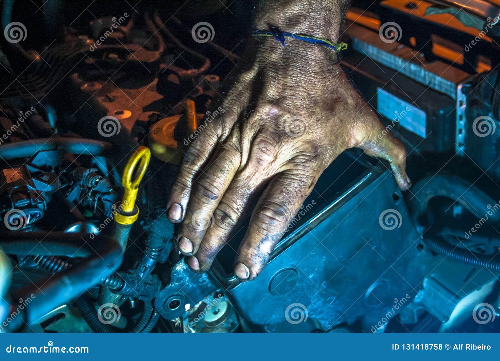 Pracujący mężczyźni z brudną ręką