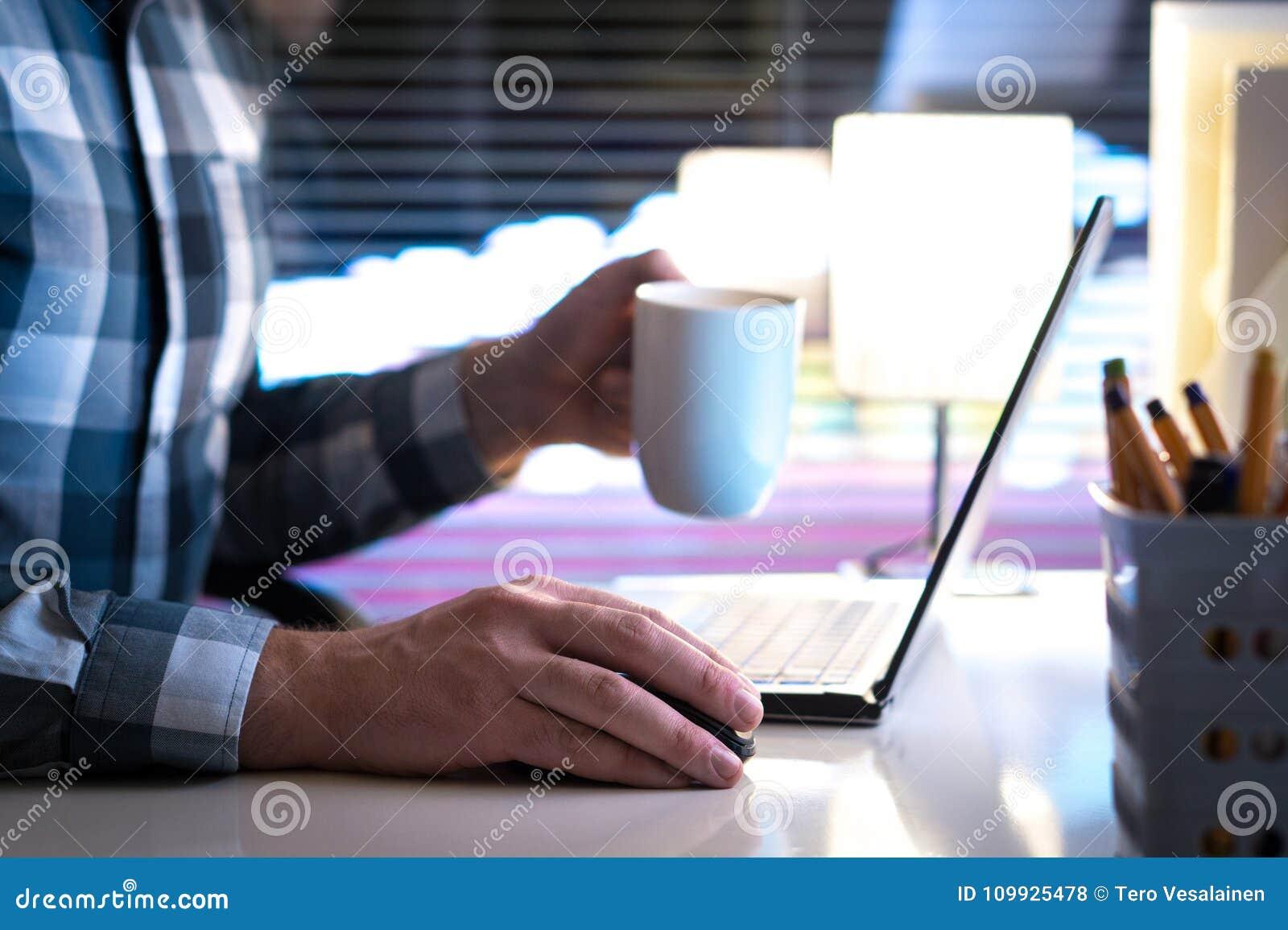 Pracujący przy nocą i pić kawą póżno