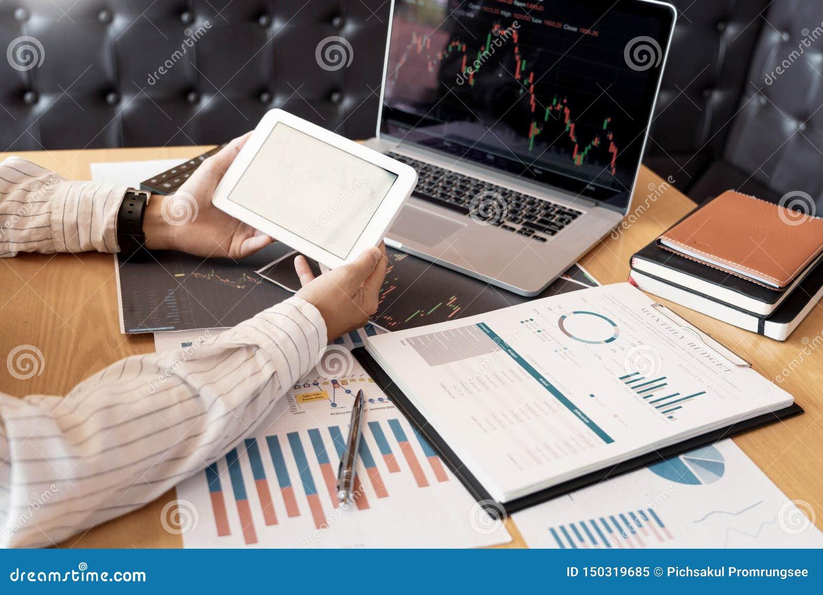 Pracuj?cy biznesowy m??czyzna, dru?yna makler lub handlowowie opowiada rynki walutowych na wielosk?adnikowych ekranach komputerow