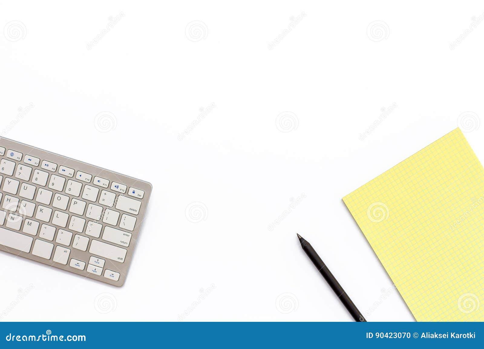Pracuje biurowego biurko z klawiaturą, żółtym notepad i czarnym p,
