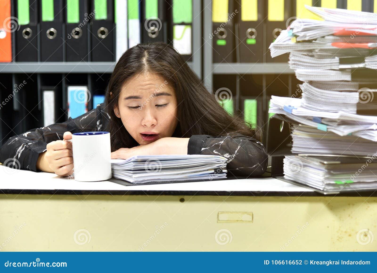 Pracuje mocno na biurowym biurku, udział praca, sterty dokumentu papier i kartoteki falcówka,