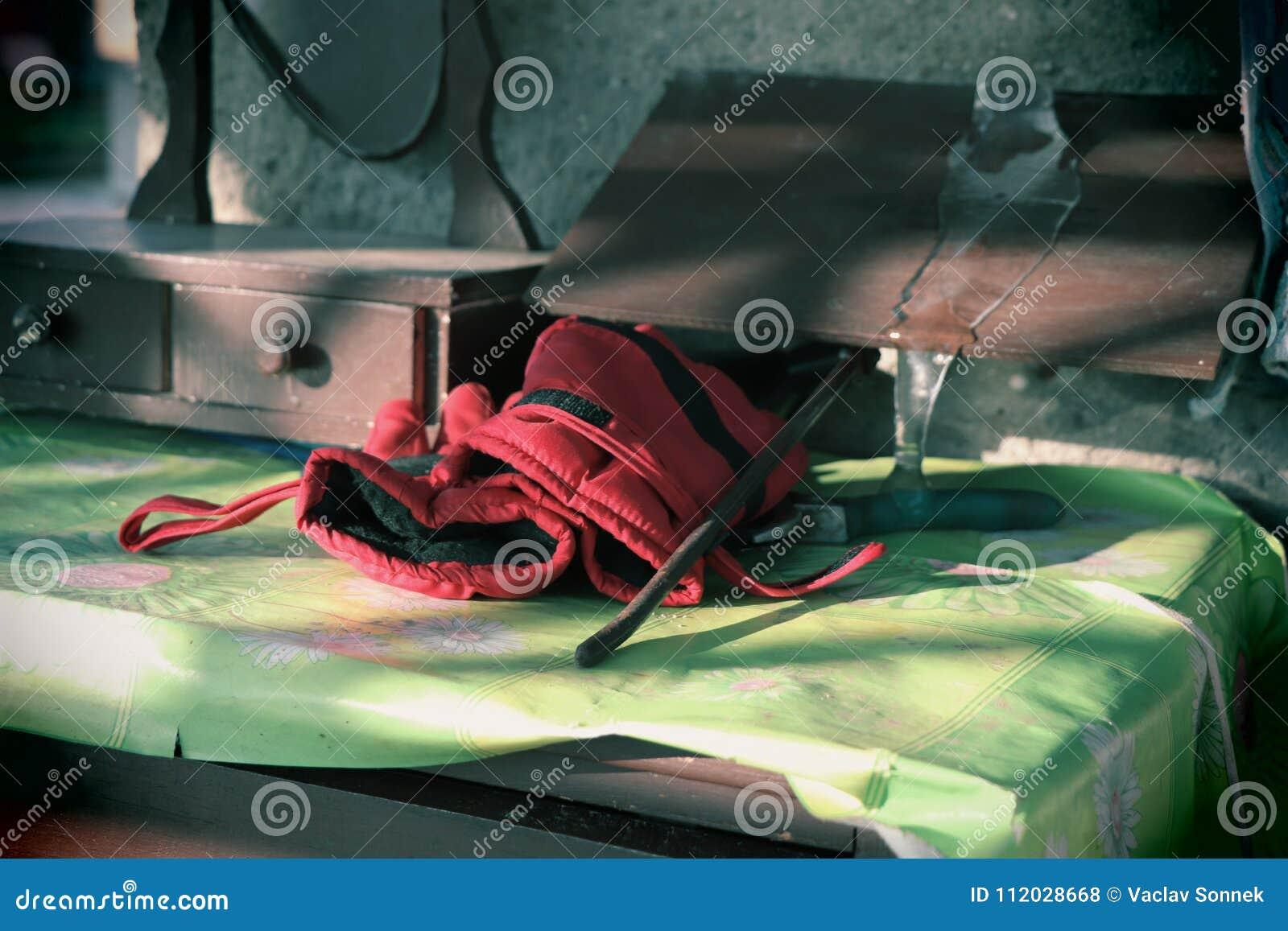 Pracy czerwone rękawiczki i limpid sopel