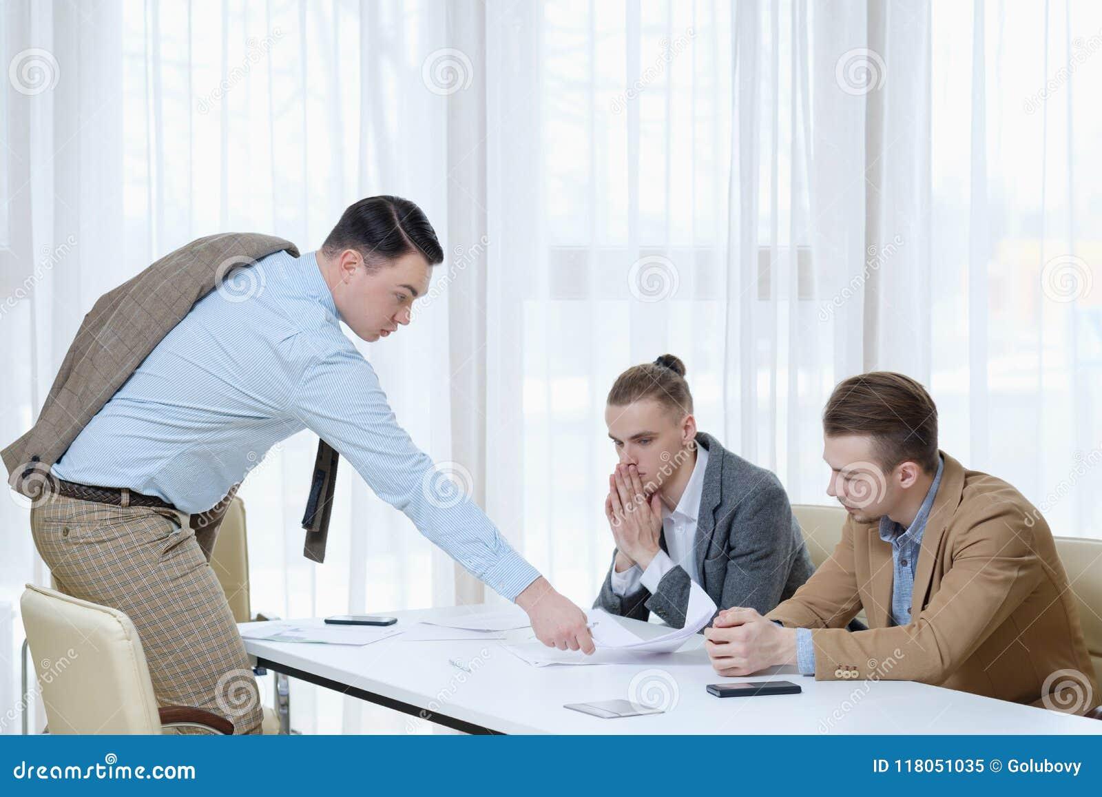 Pracy dymisi szefa oferta rezygnuje papieru pracownika