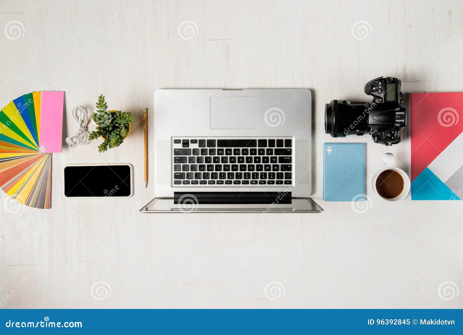 Pracy przestrzeń dla fotografa, projektant grafik komputerowych Mieszkanie nieatutowy lapto