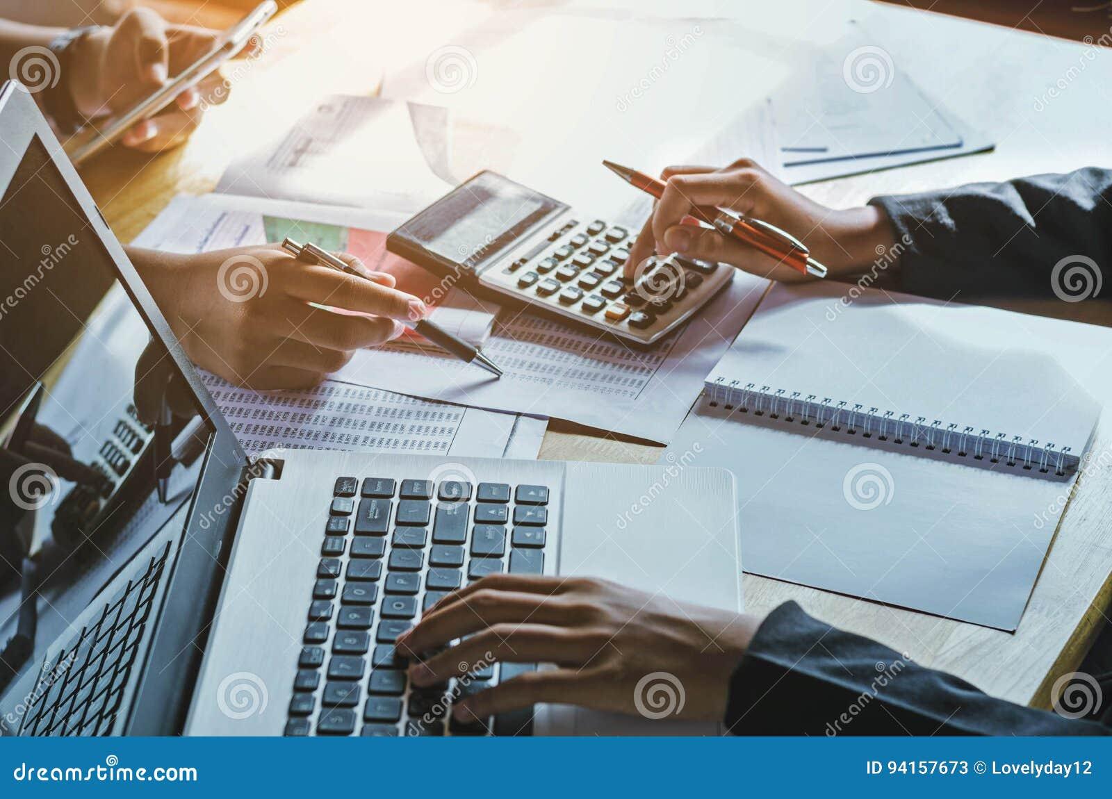 Pracy zespołowej biznesowej kobiety księgowości pojęcie pieniężny