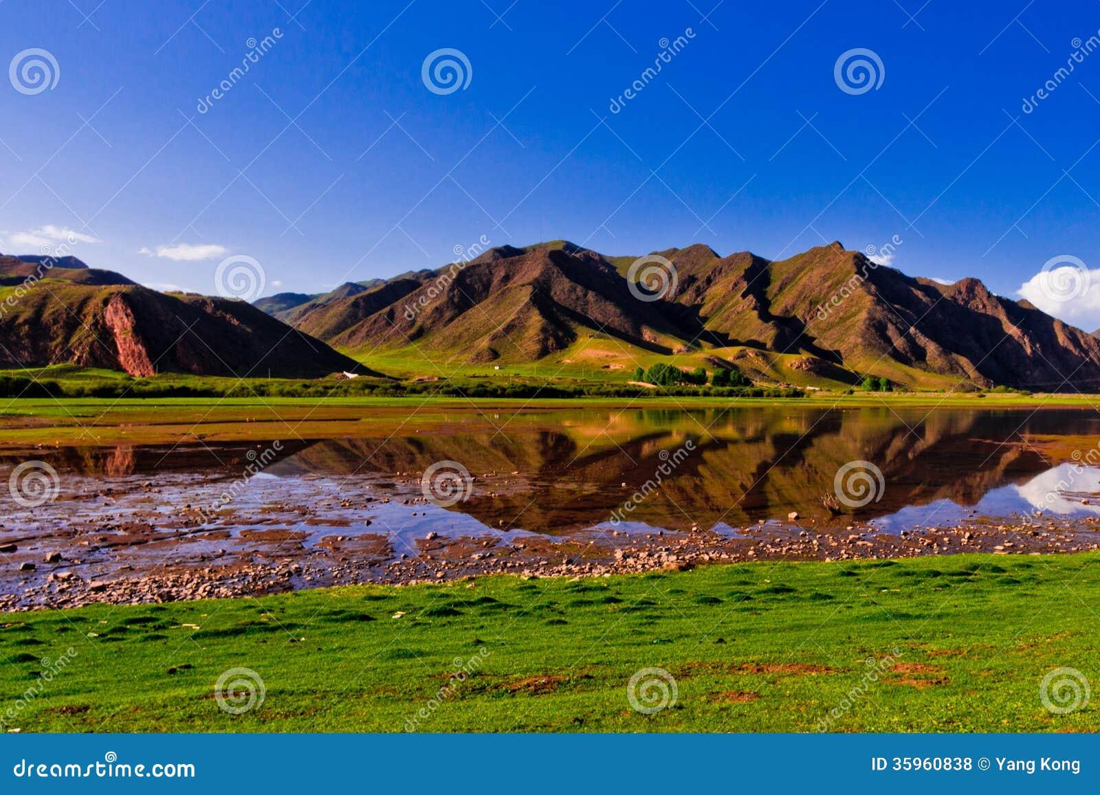 Prado, río y montaña