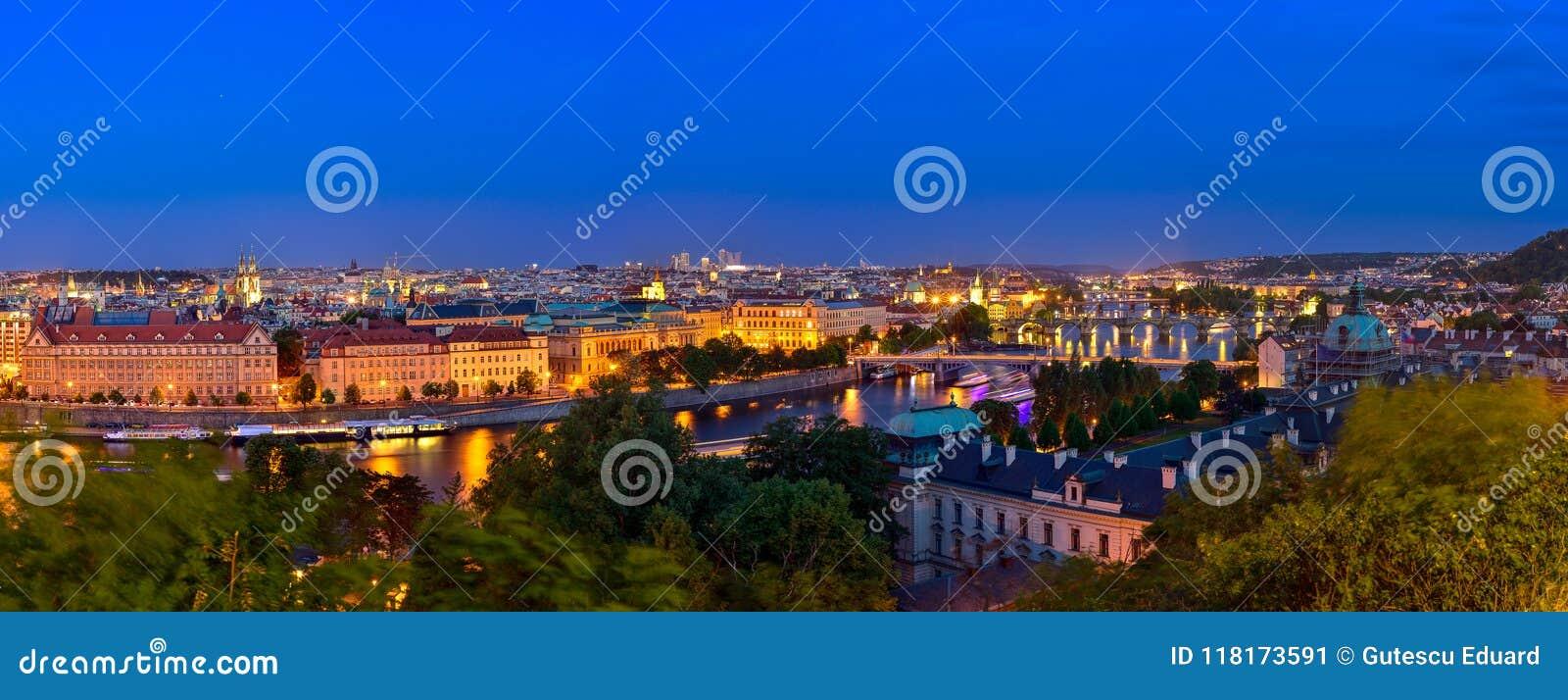 Prag an der blauen Stunde im Abendpanorama mit Stadtlicht