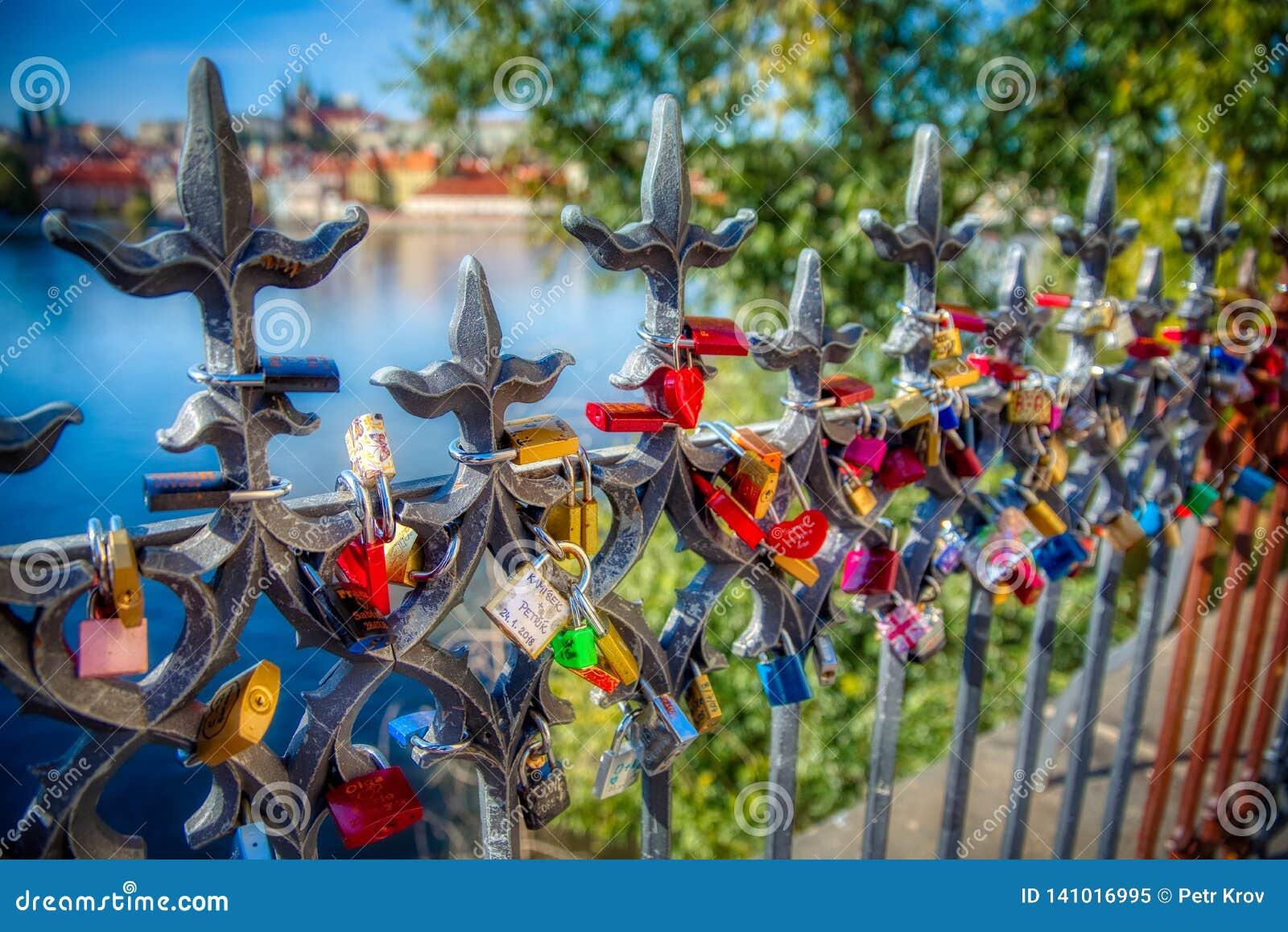 Prag-Verschlüsse der Liebe mit Blick auf Prag-Schloss