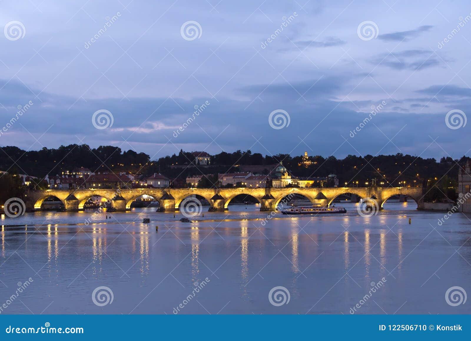 Praga alla notte con Charles BridgeKarluv Most sopra il fiume della Moldava