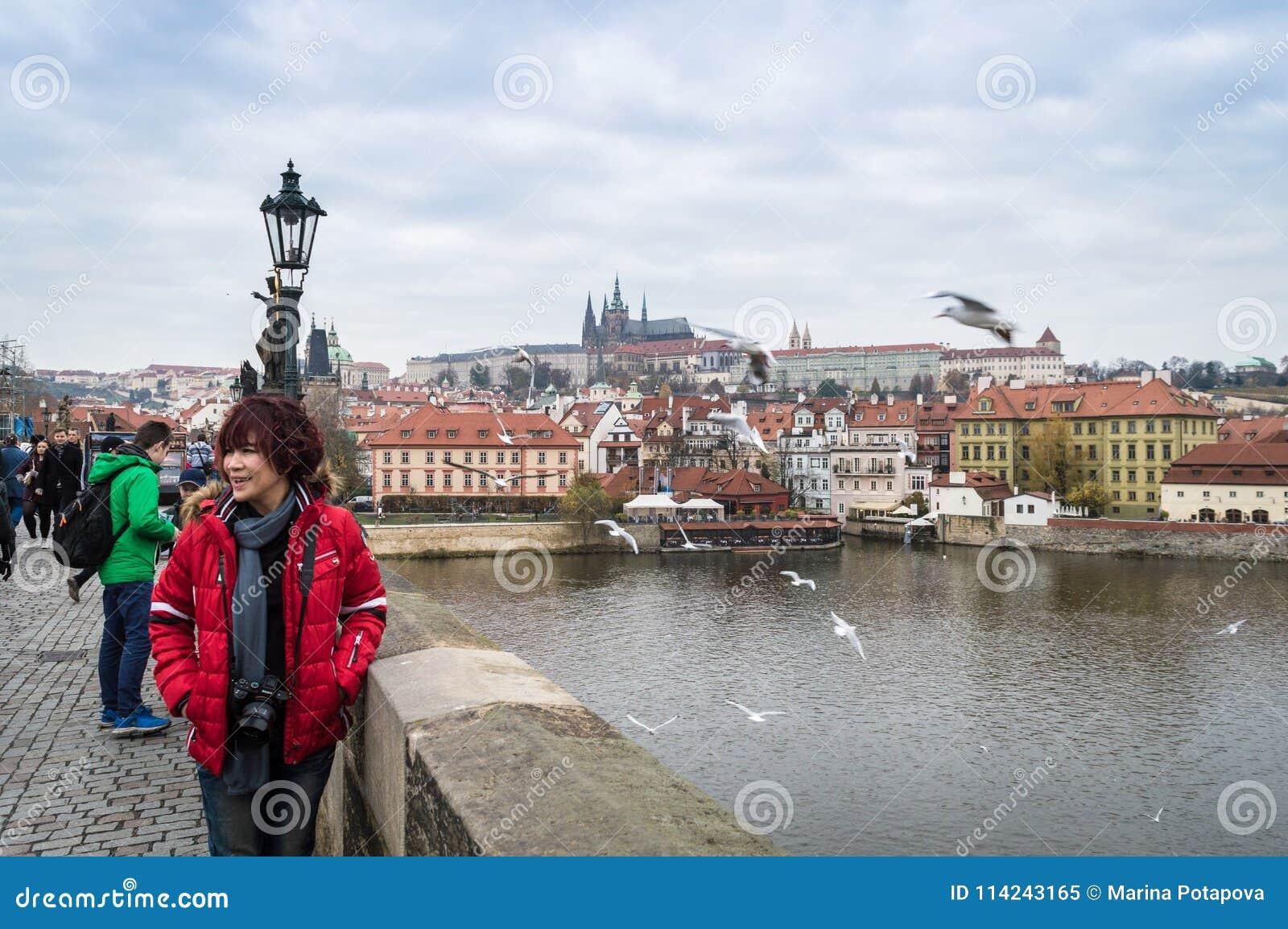 Praga, Bohemia/República Checa - noviembre de 2017: turistas que caminan en el puente de Charles con la opinión sobre el castillo