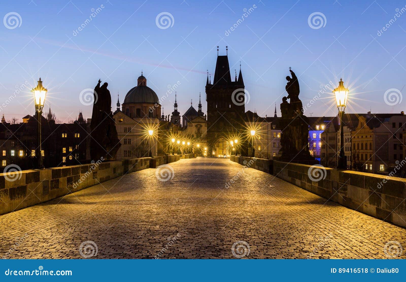 Praga, Charles Bridge (Karluv mais) na manhã, o a maioria seja