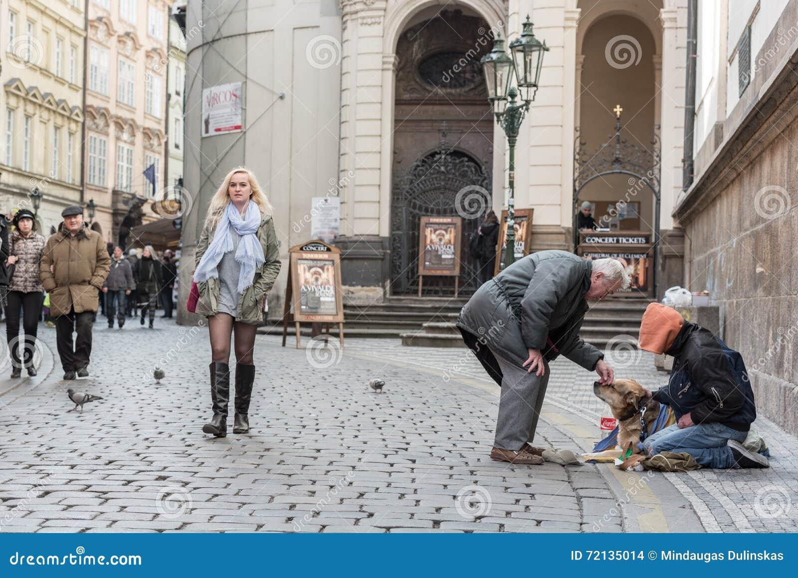 PRAGA, czech - MARZEC 14, 2016: Ludzie Bezdomni w Praga Karlova ulicie czech