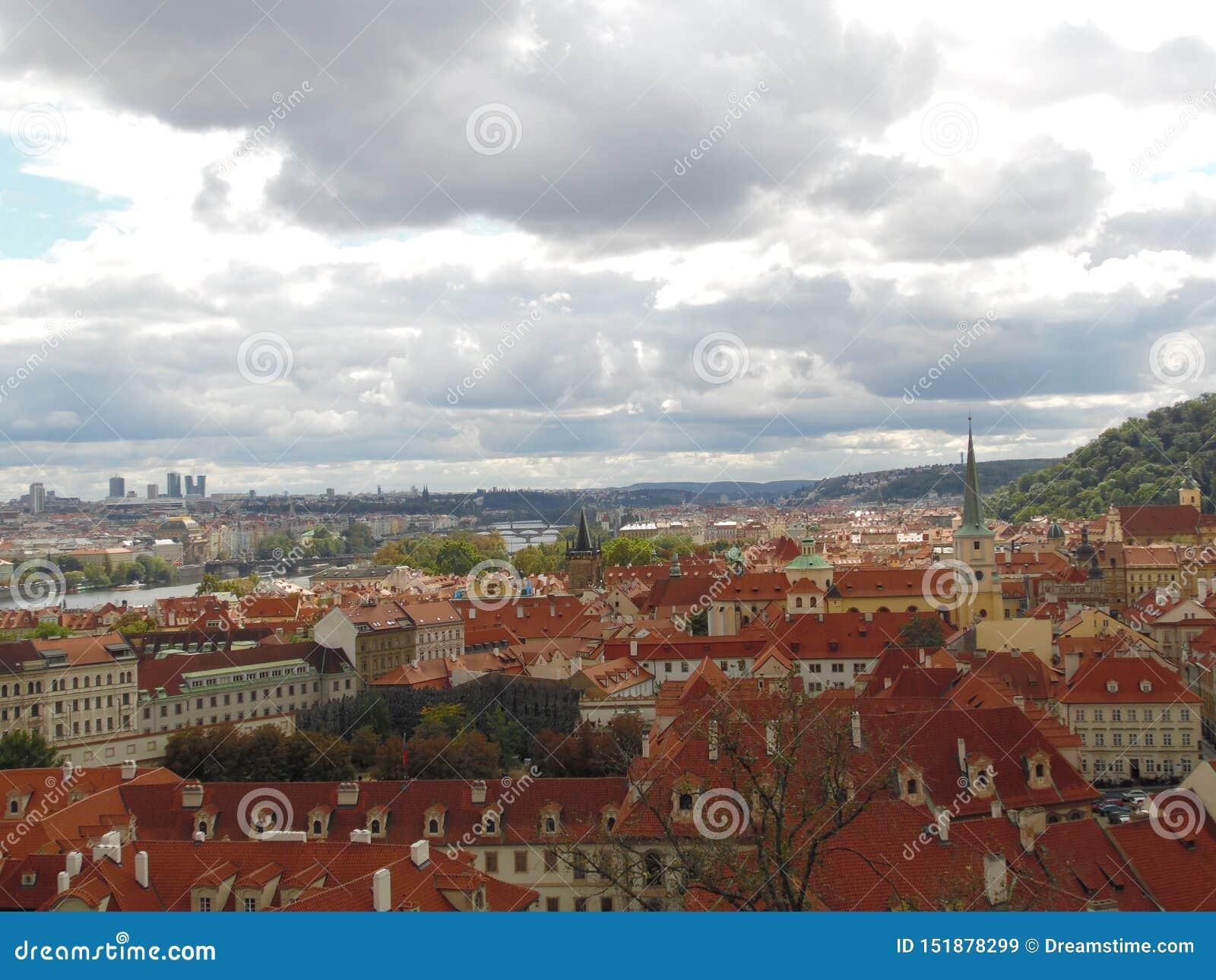 Praga jest pięknym i ciepłym miasta A widokiem amaing Praga