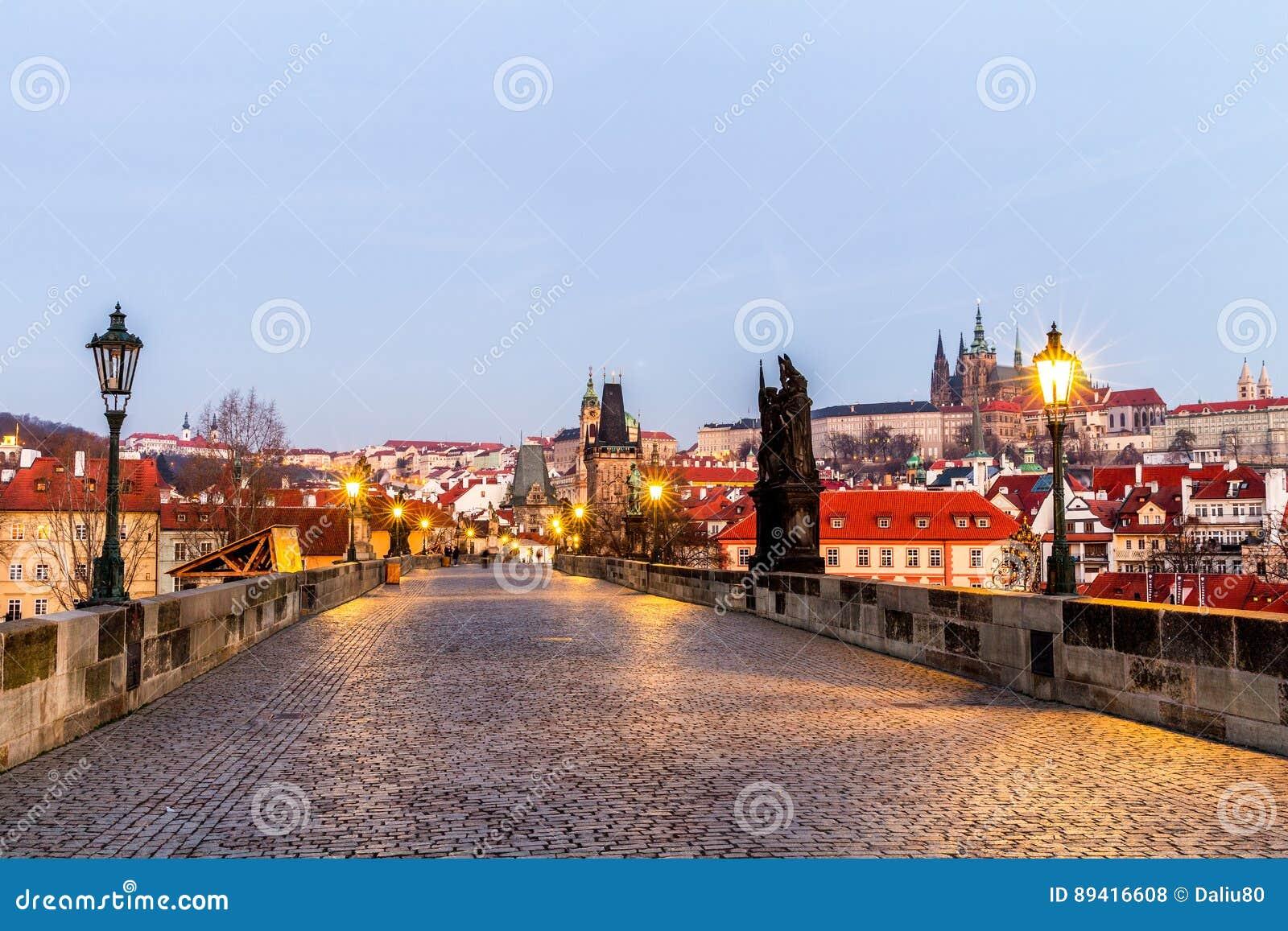 Praga, República Checa Charles Bridge com suas estatueta e SU