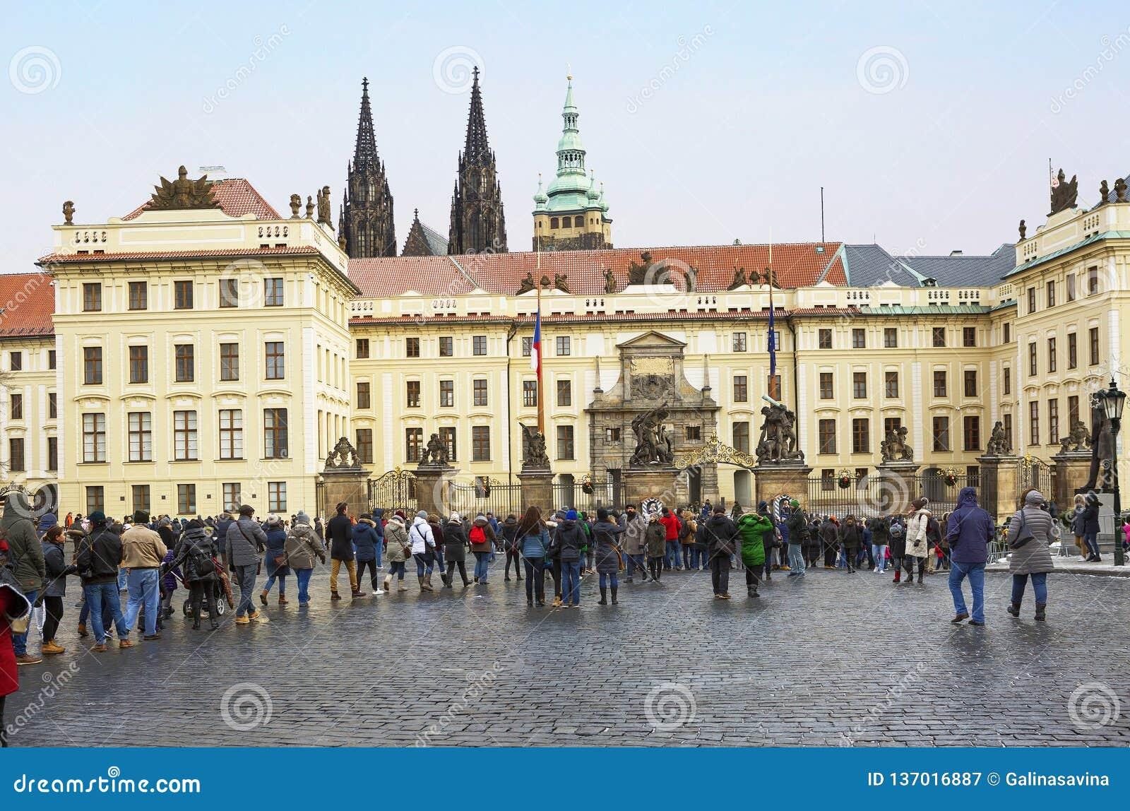 Praga, República Checa, cuadrado de Hradcany La puerta central del castillo de Hradcany