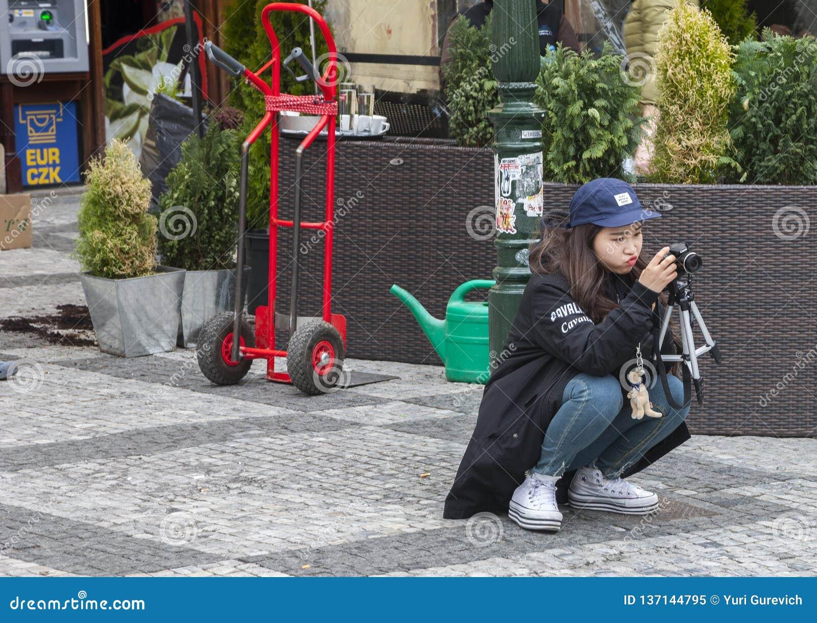 Praga, República Checa - 14 de marzo de 2017: El fotógrafo de la muchacha de Asian del estudiante que aprende la atención toma la