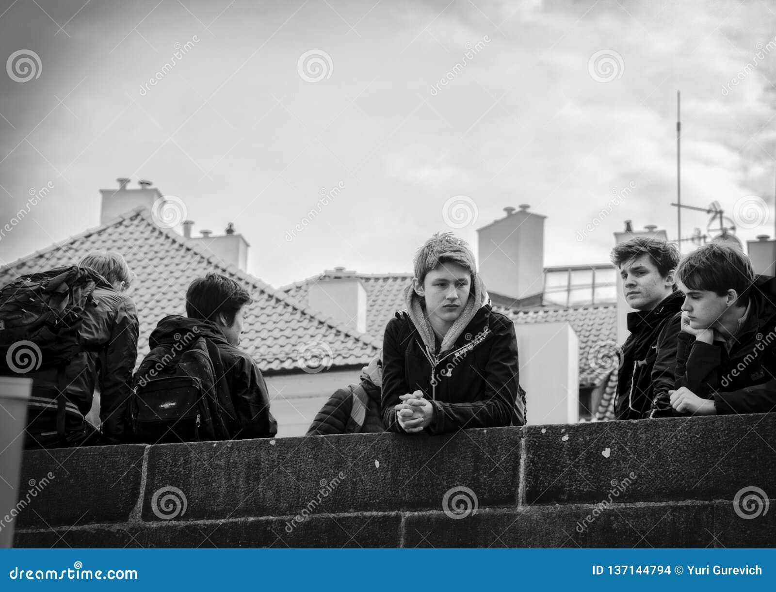 Praga, República Checa - 14 de marzo de 2017: Grupo de estudiantes en un viaje de Charles Bridge Black y de la imagen blanca