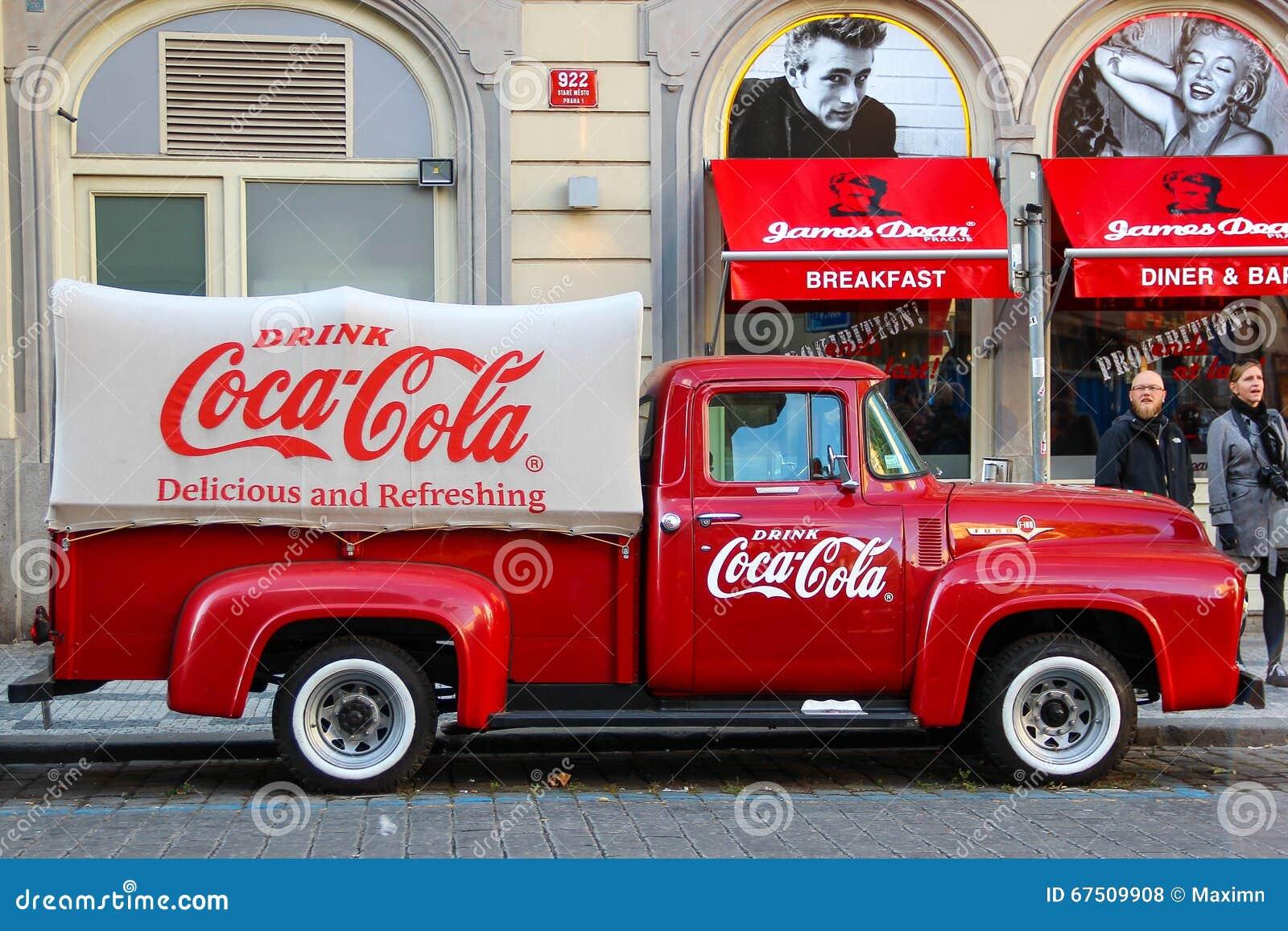 PRAGA, REPÚBLICA CHECA - 23 de outubro de 2015: Um caminhão vermelho renovado velho da coca-cola do vintage de Ford (recolhimento