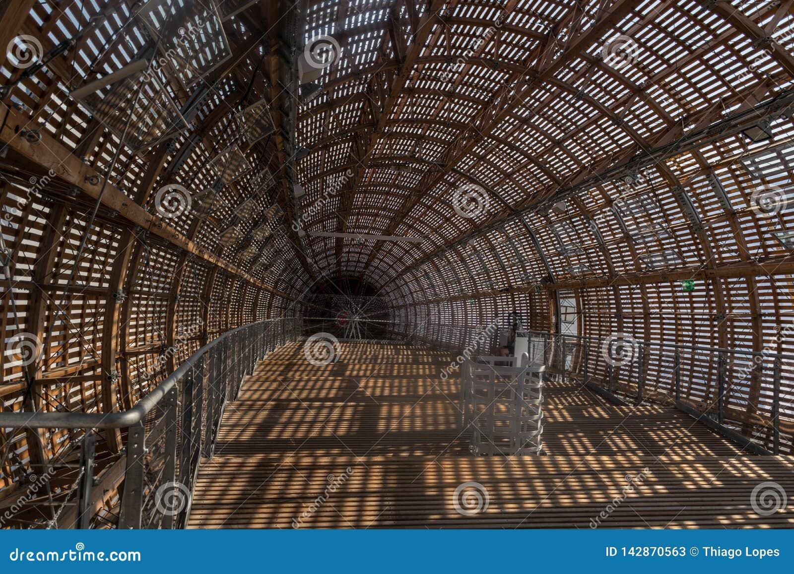 Praga, República Checa - 10 de septiembre de 2019: DOX, galería de Praga del arte contemporáneo, interior del dirigible de Gulive