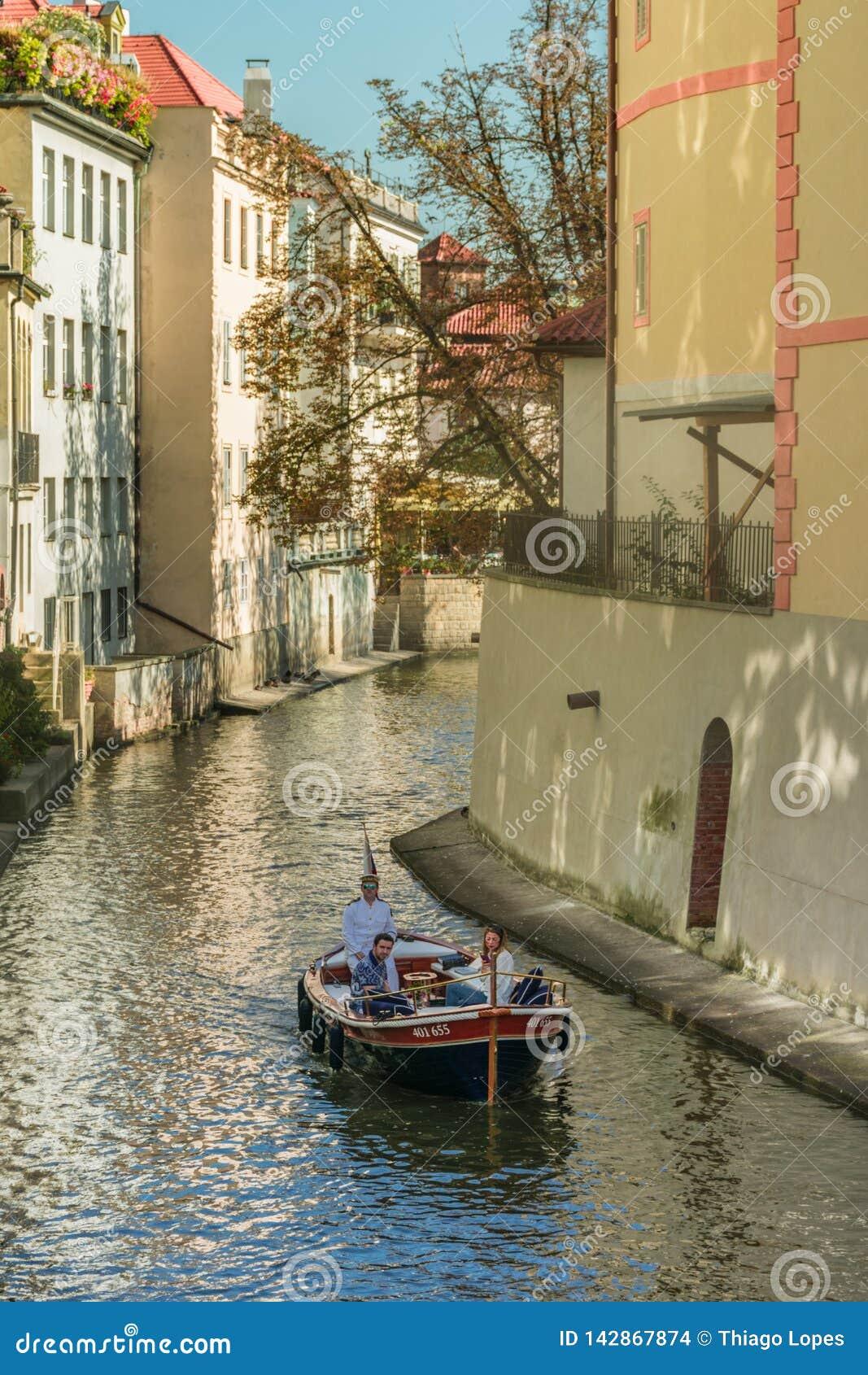 Praga, República Checa - 10 de septiembre de 2019: pares en un canal romántico de Certovka del trought de la travesía
