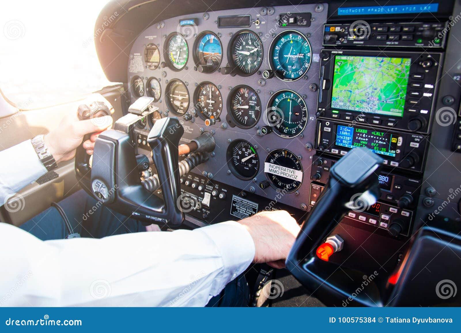 PRAGA, REPÚBLICA CHECA - 9 09 2017: Mano del piloto en el volante de dirección en el pequeños avión y tablero de instrumentos