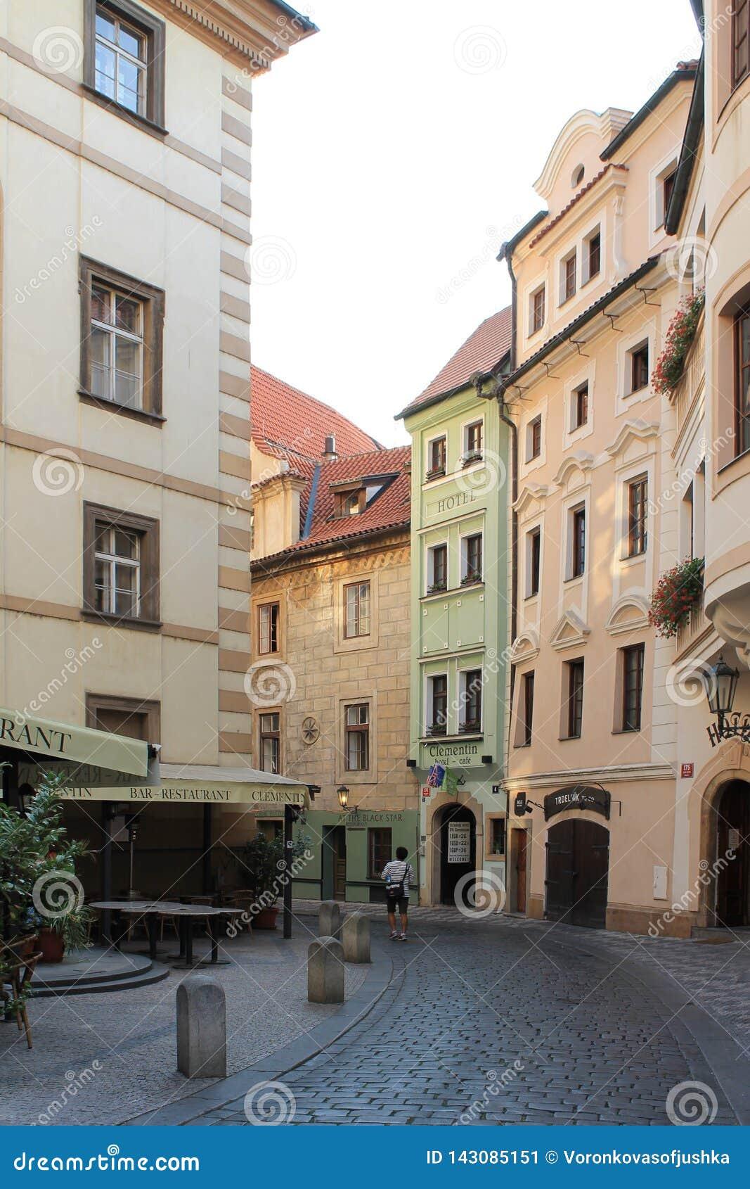 Praga republika czech jasnego lata uliczny ranek