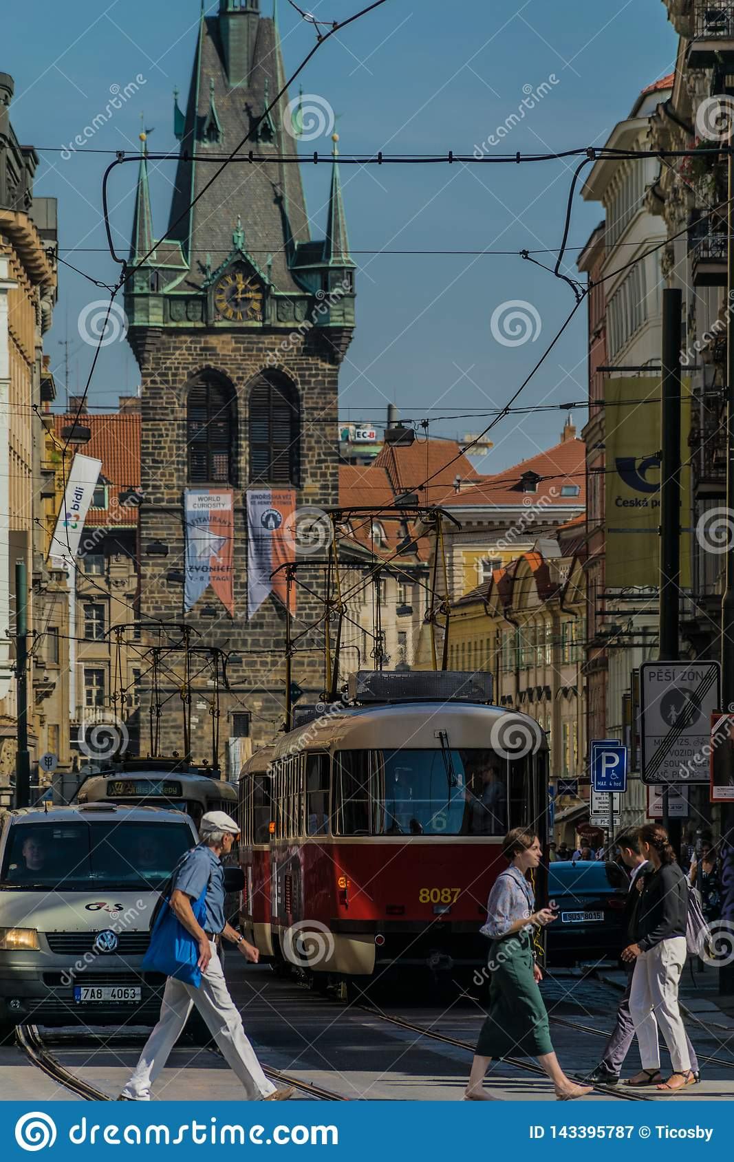 Praga, republika czech - Wrzesień, 17, 2019: Pedestrians krzyżuje ulicę przy starym miasteczkiem Praga, z samochodami, tramwaj