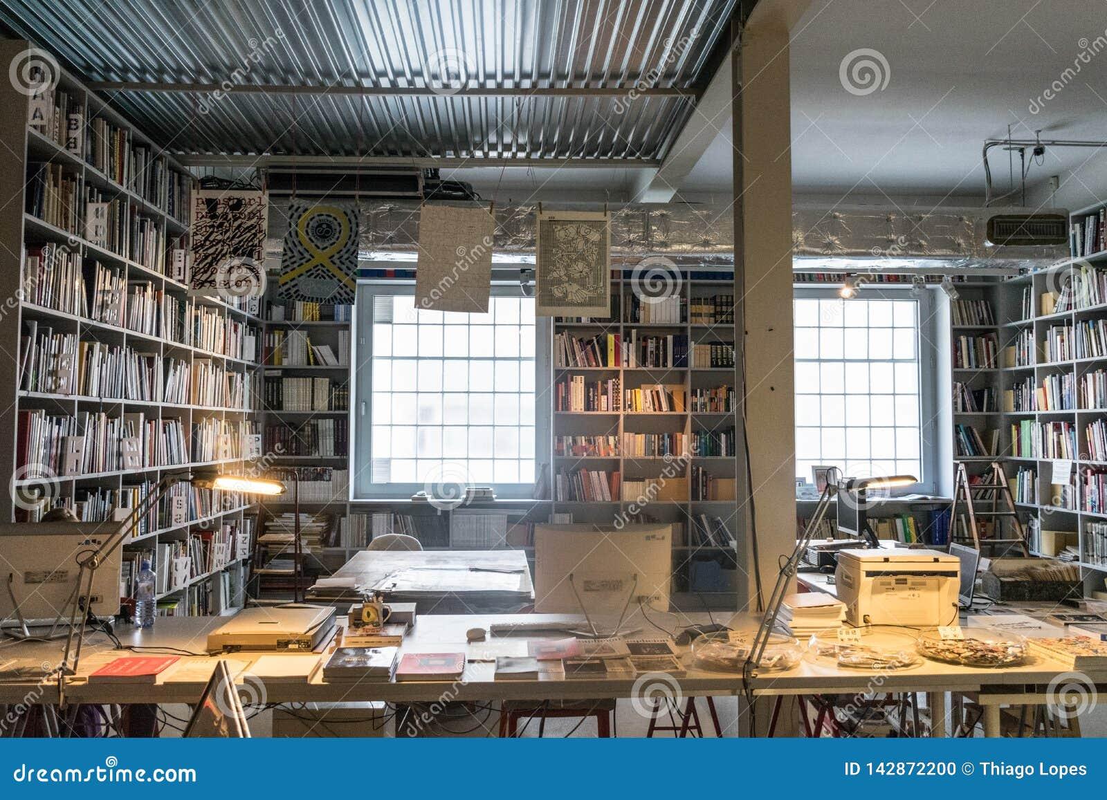 Praga, republika czech - Wrzesień 10, 2019: przestronny biuro pełno książki przy DOX, Praga dzisiejsza ustawa galeria