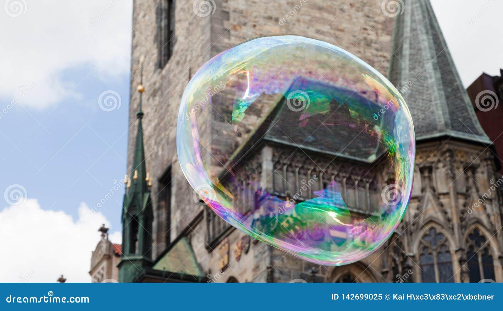Prague gammal stadfyrkant i en enorm såpbubbla