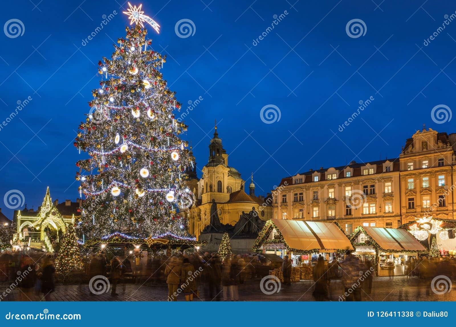 Prague jul marknadsför på natten i gammal stadfyrkant Tyn Chu