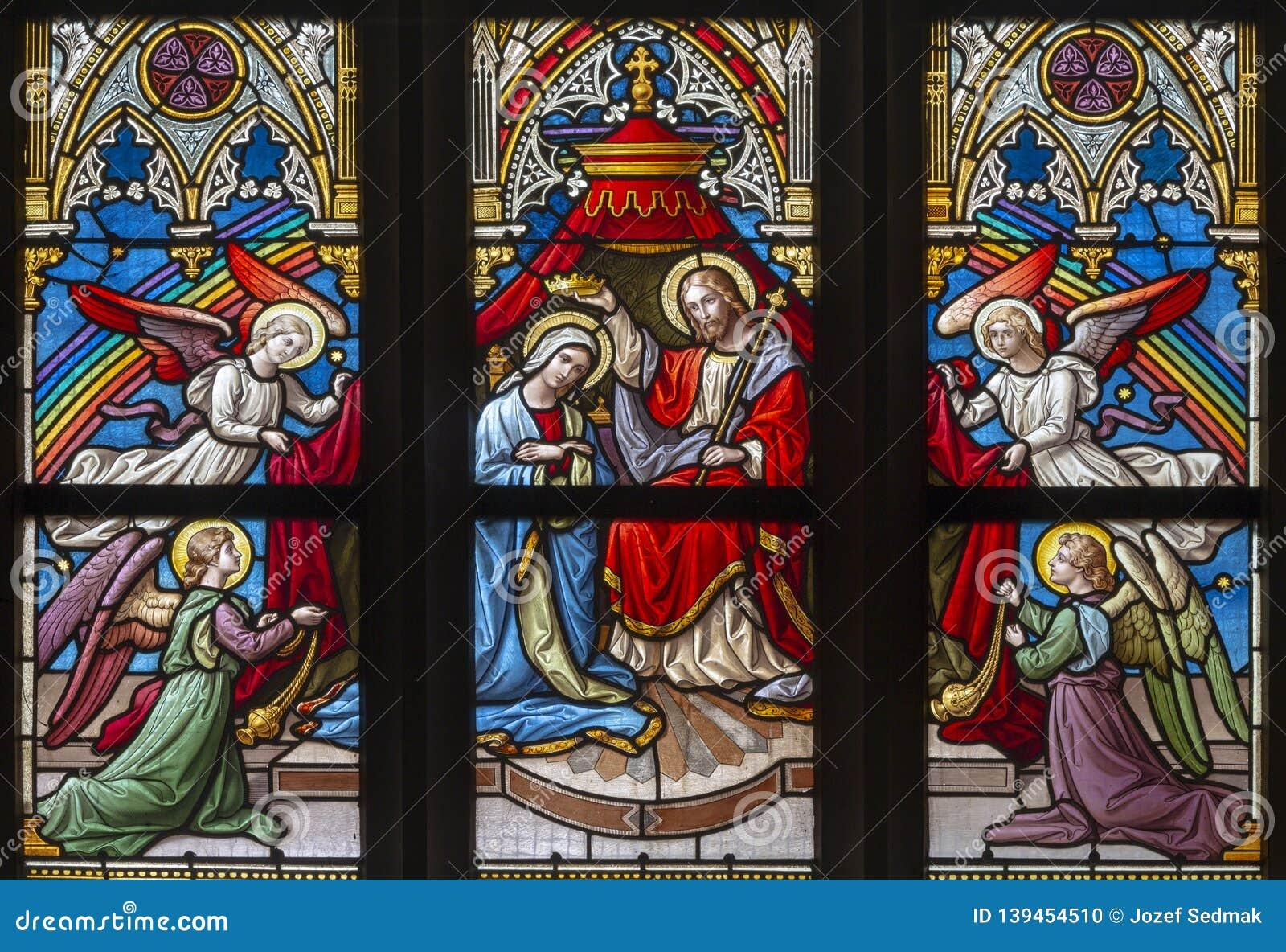PRAGUE, RÉPUBLIQUE TCHÈQUE, 2018 : Le couronnement de Vierge Marie sur la vitre dans PETRA de svatého de Bazilika d église un Pa
