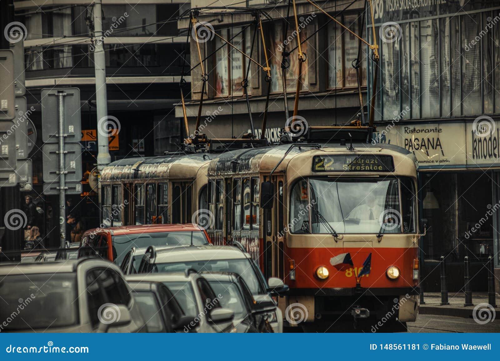 Prague spårvagn på gatan