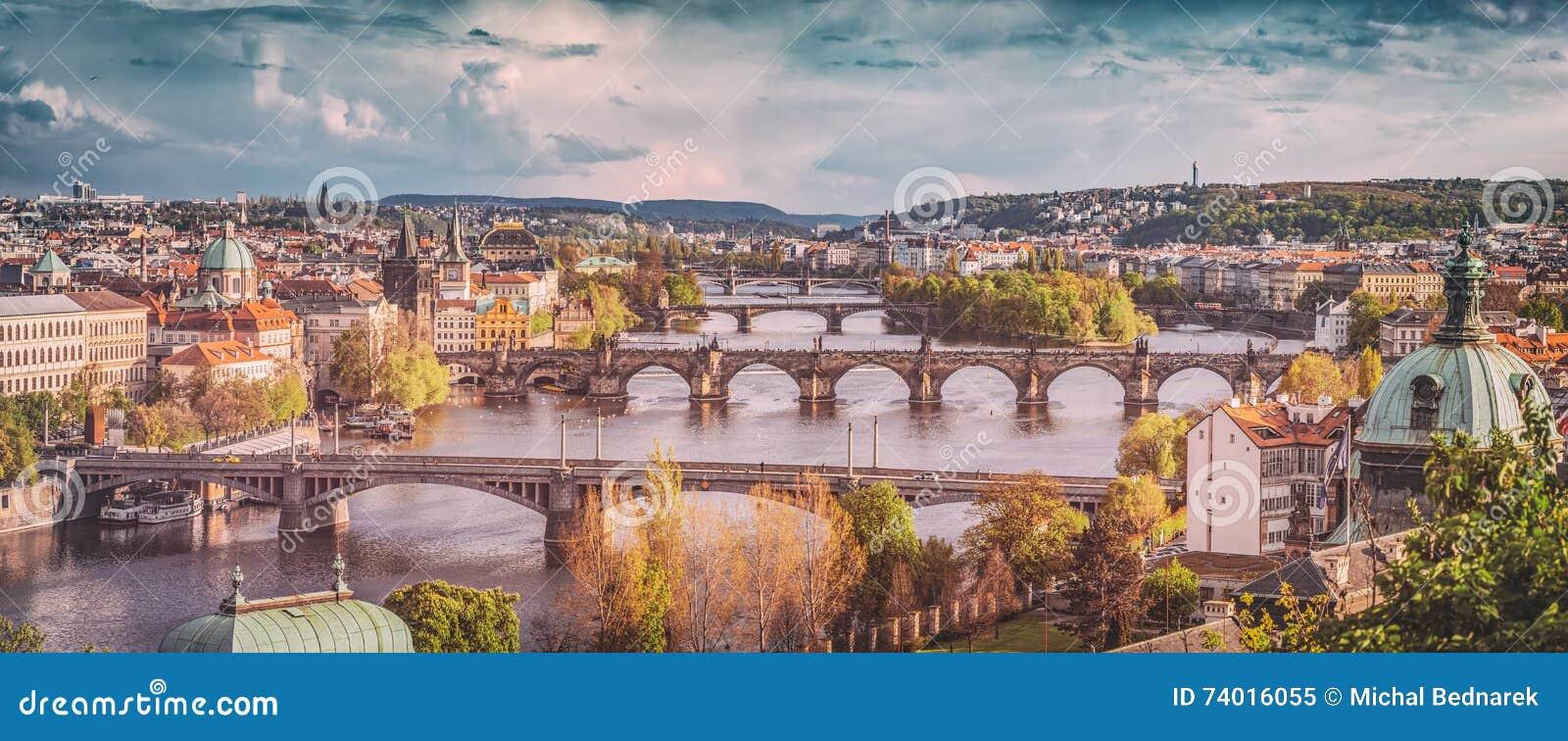 Prague Tjeckien överbryggar horisont med den historiska Charles Bridge och Vltava floden Tappning