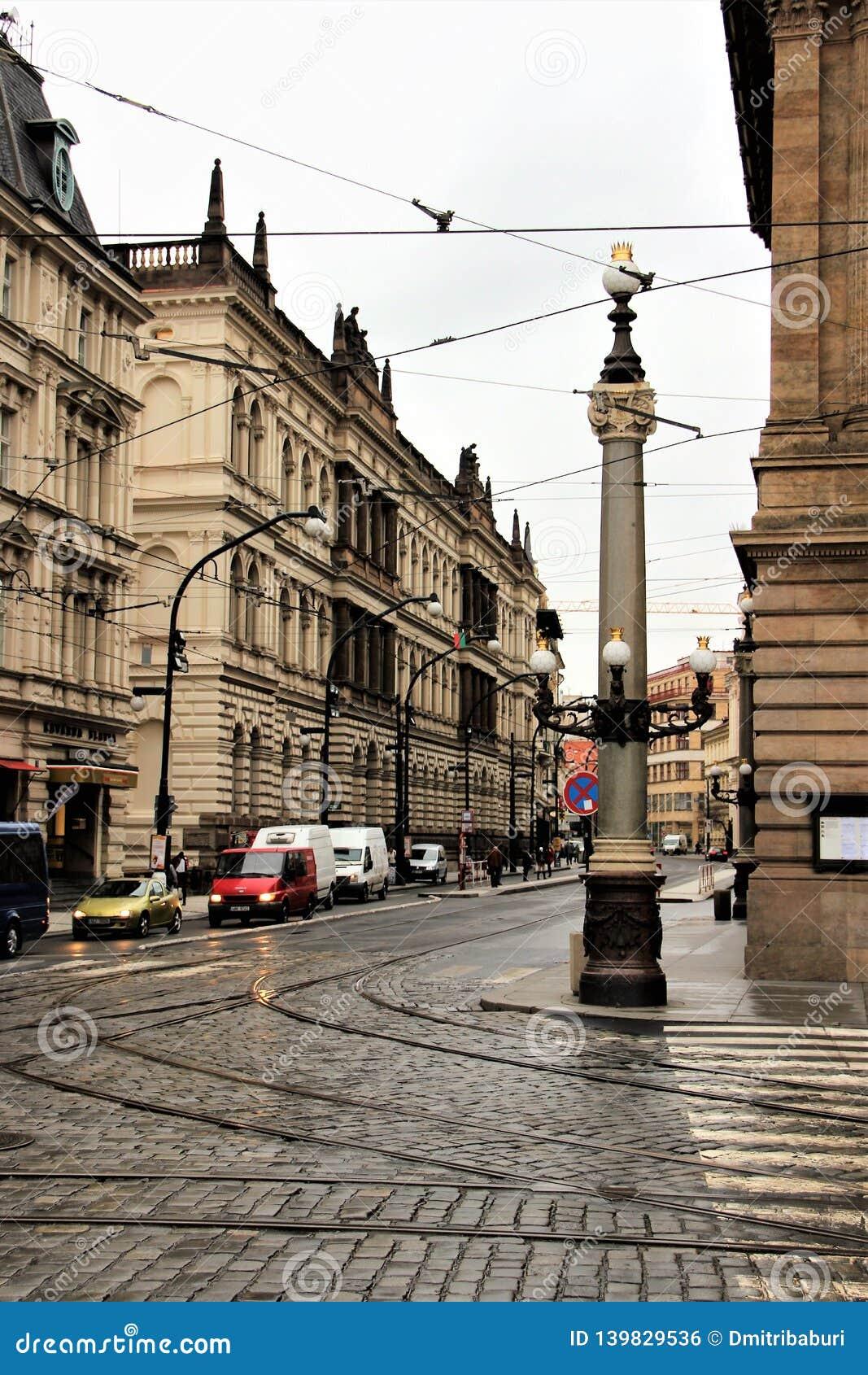 Prague Tjeckien, Januari 2015 Sikt av gatan i mitten, en härlig kolonn med lampor på hörnet
