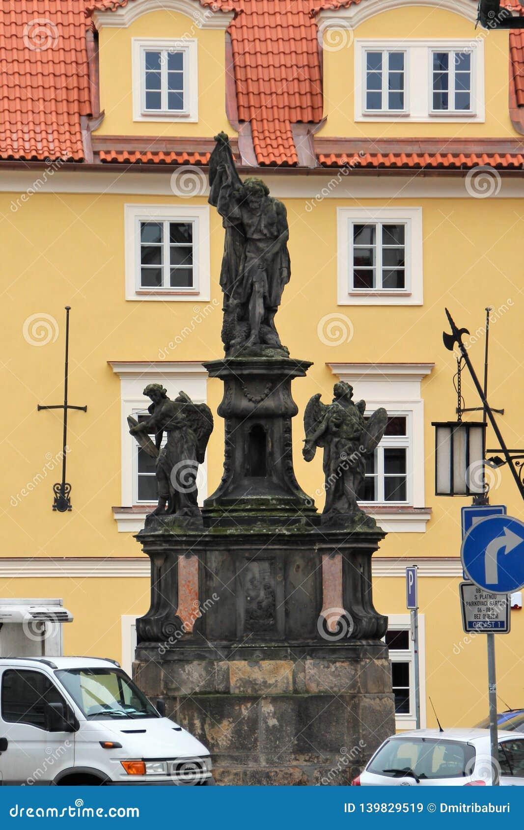 Prague Tjeckien, Januari 2015 Staty av John The Baptist med änglar som installeras i 1715