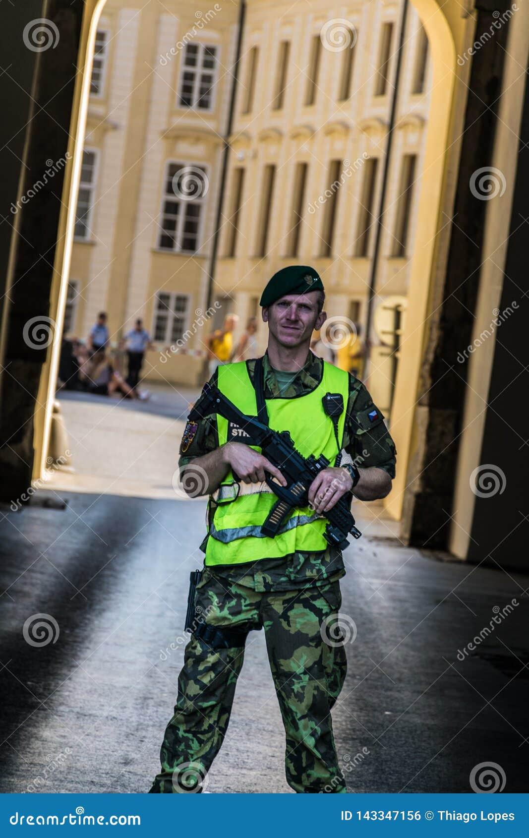 Prague Tjeckien - September, 18, 2019: Yttersida en för ordningsvakt för Prague slott tjänstgörande av de huvudsakliga nycklarna