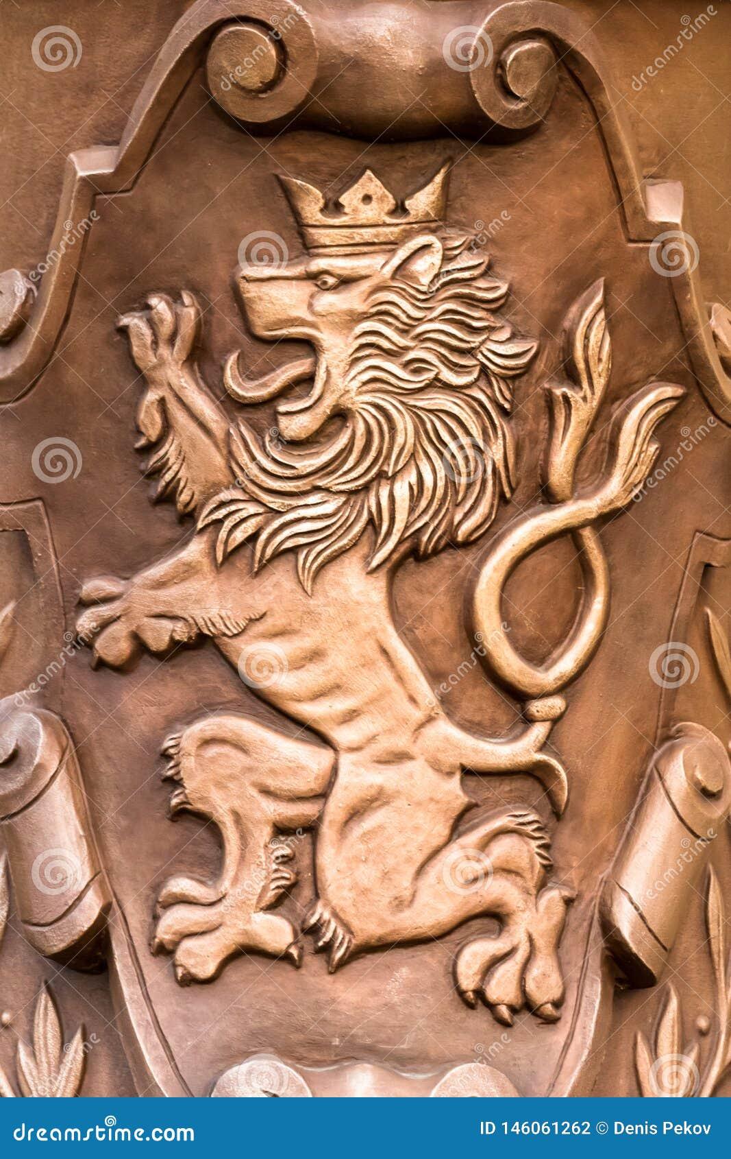 Prague/Tjeckien 03 31 2019: vapenskölden brons lejonet framlänges