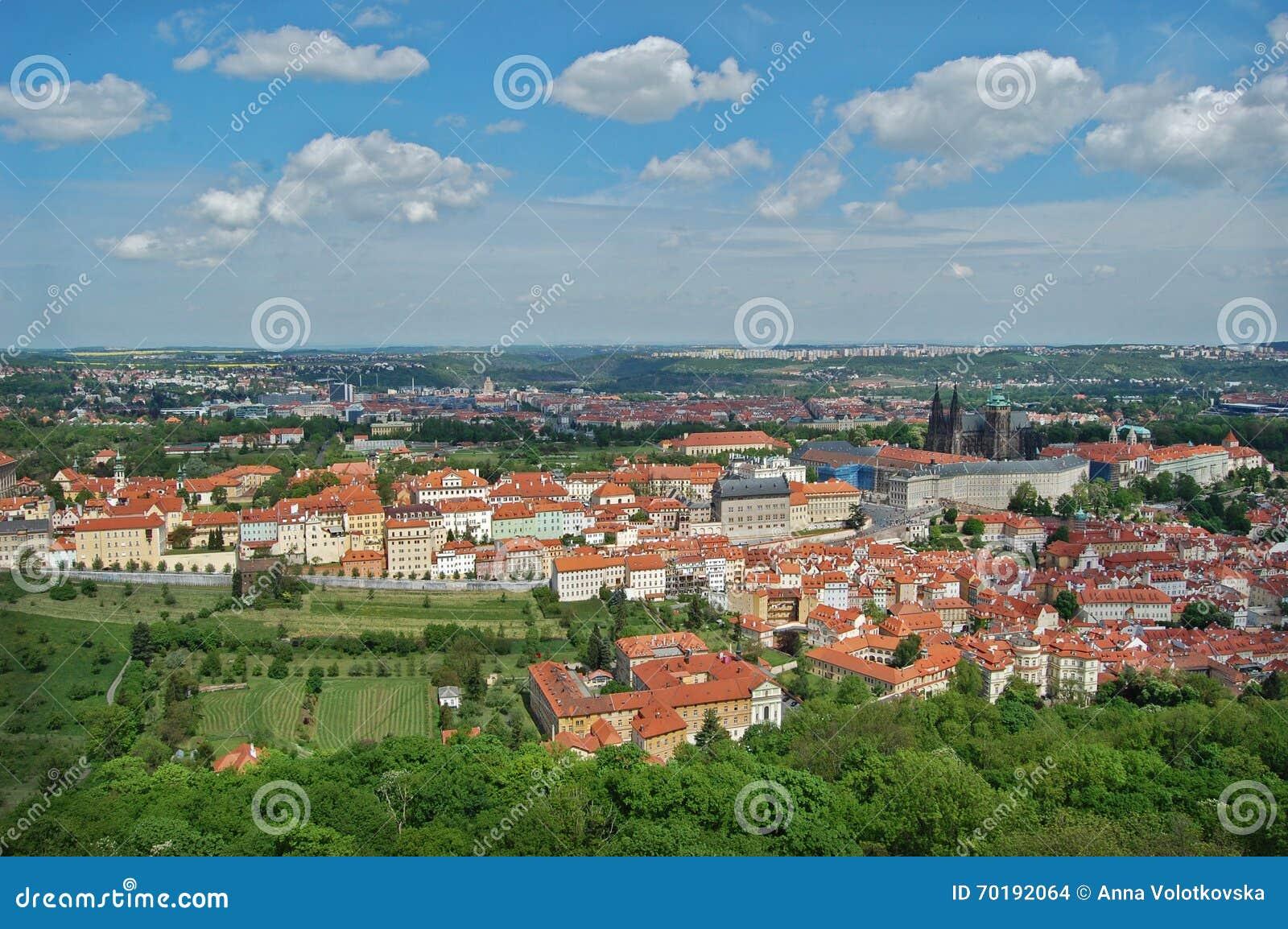 Prague Vår Beroun kullar för republiktown för cesky tjeckisk krumlov medeltida gammal sikt