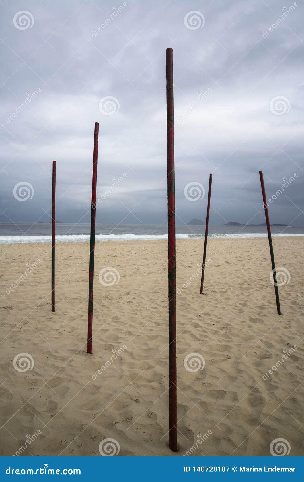Praia abandonada no tempo nebuloso