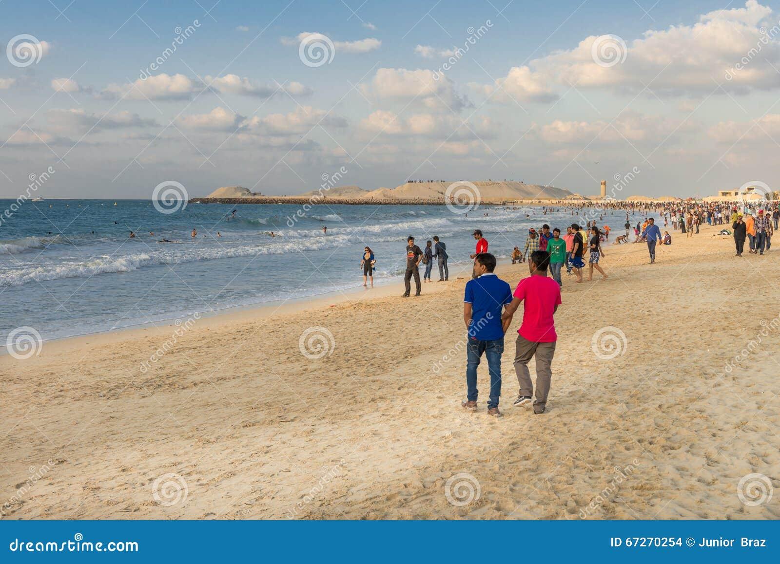 Praia aglomerada do porto no dia ensolarado, Dubai de Jumeirah