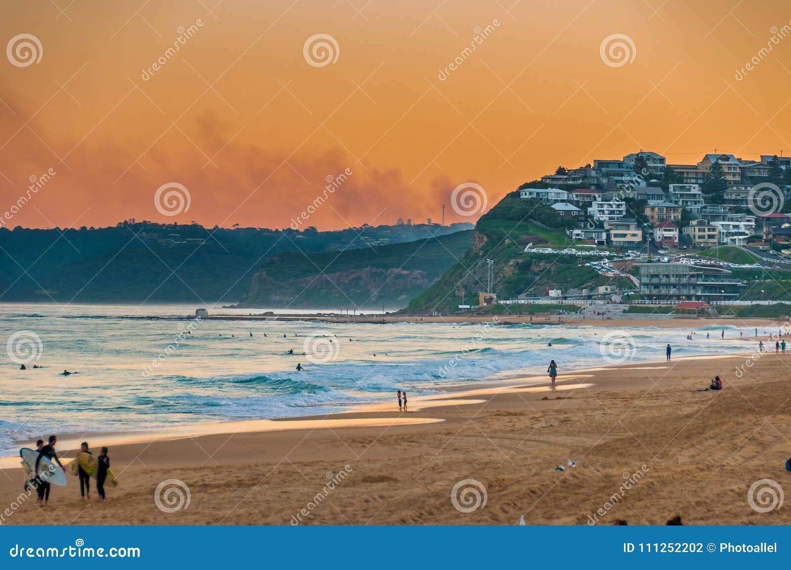 Praia Austrália de Newcastle no por do sol Newcastle é a cidade em segundo a mais velha do ` s de Austrália