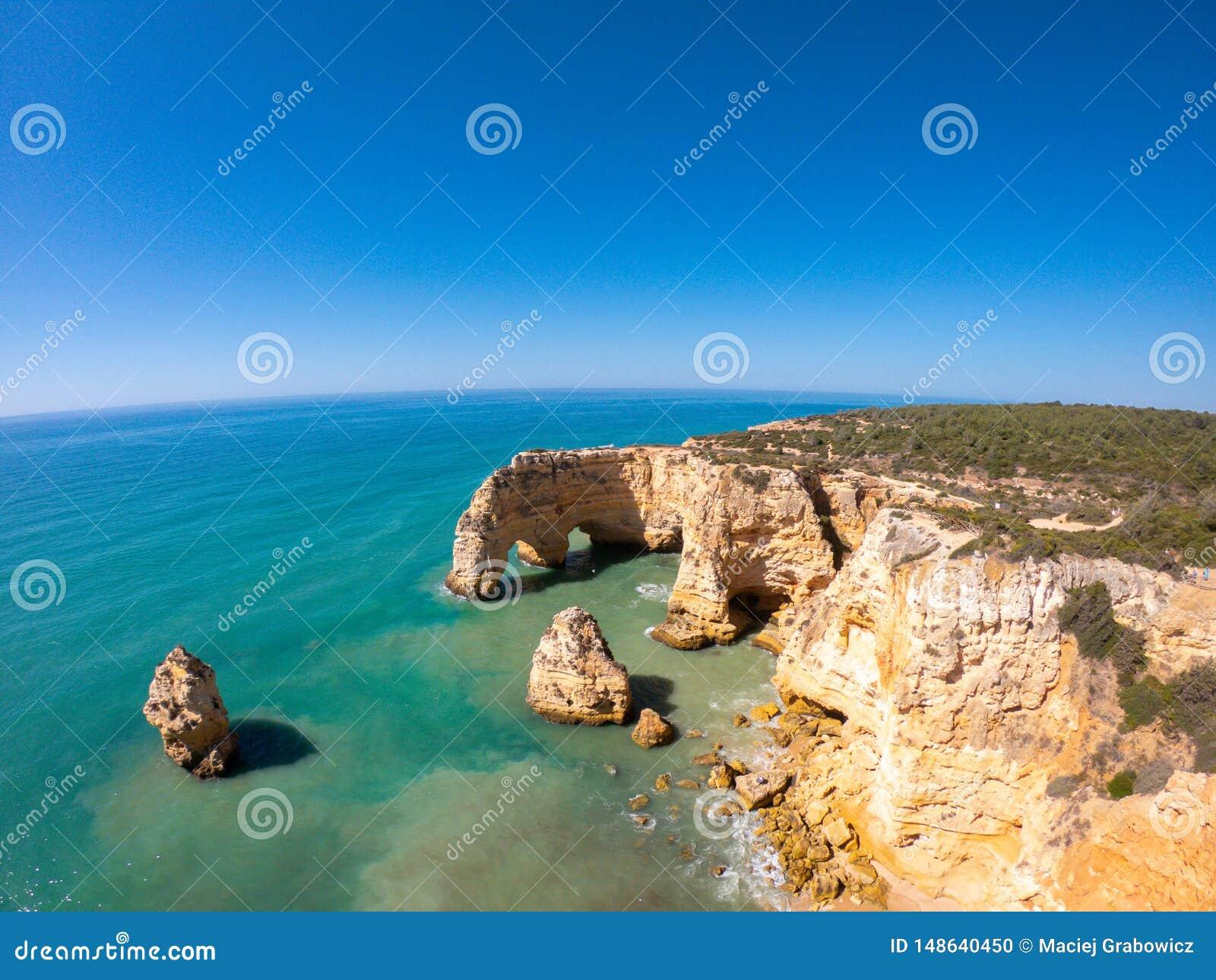 Praia bonita de Praia De Marinha Mais em Lagoa, o Algarve Portugal Vista a?rea em penhascos e em costa de Oceano Atl?ntico