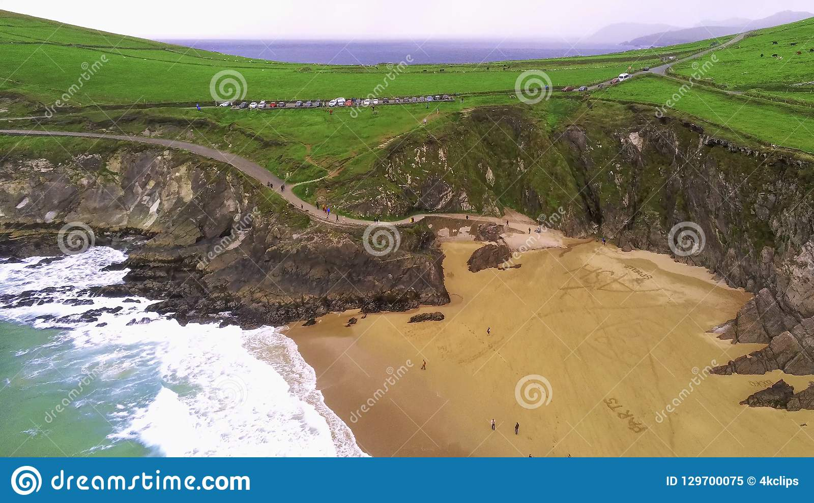 Praia bonita na península do Dingle na costa oeste da Irlanda