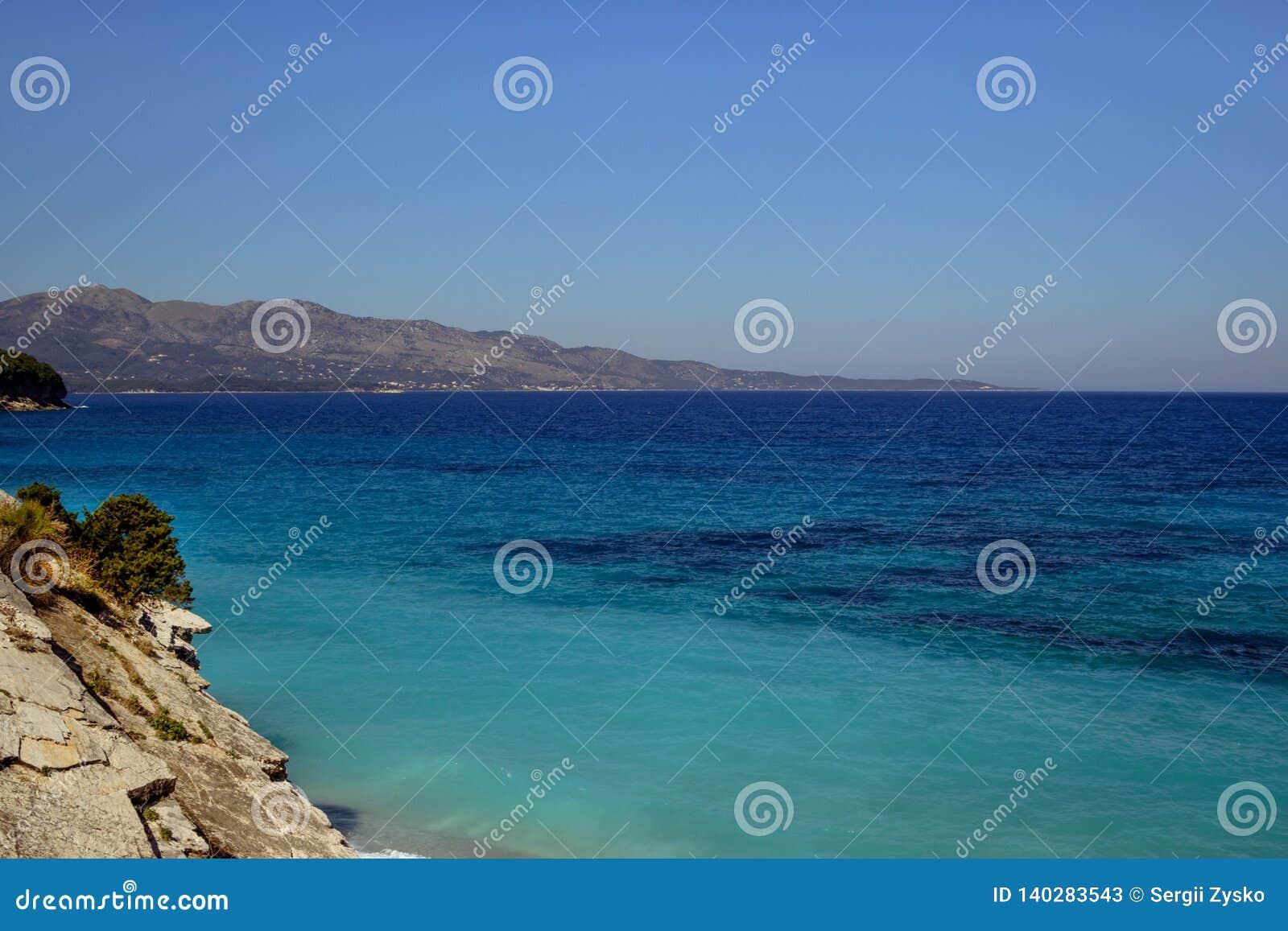 Praia bonita por um feriado em Albânia Mar Ionian
